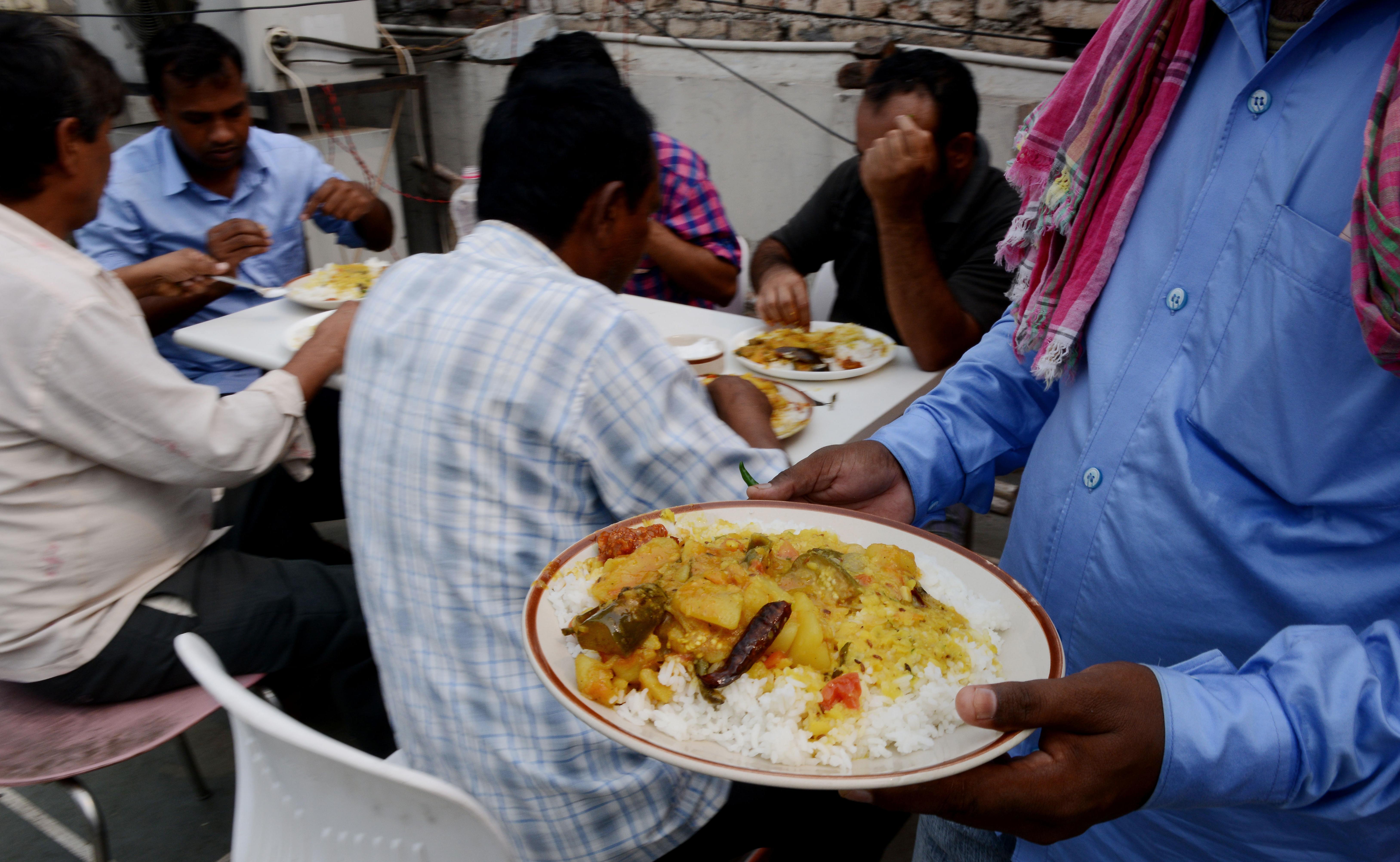 يتناولون الغداء في فندق في نيودلهي بعد وصولهم من السعودية