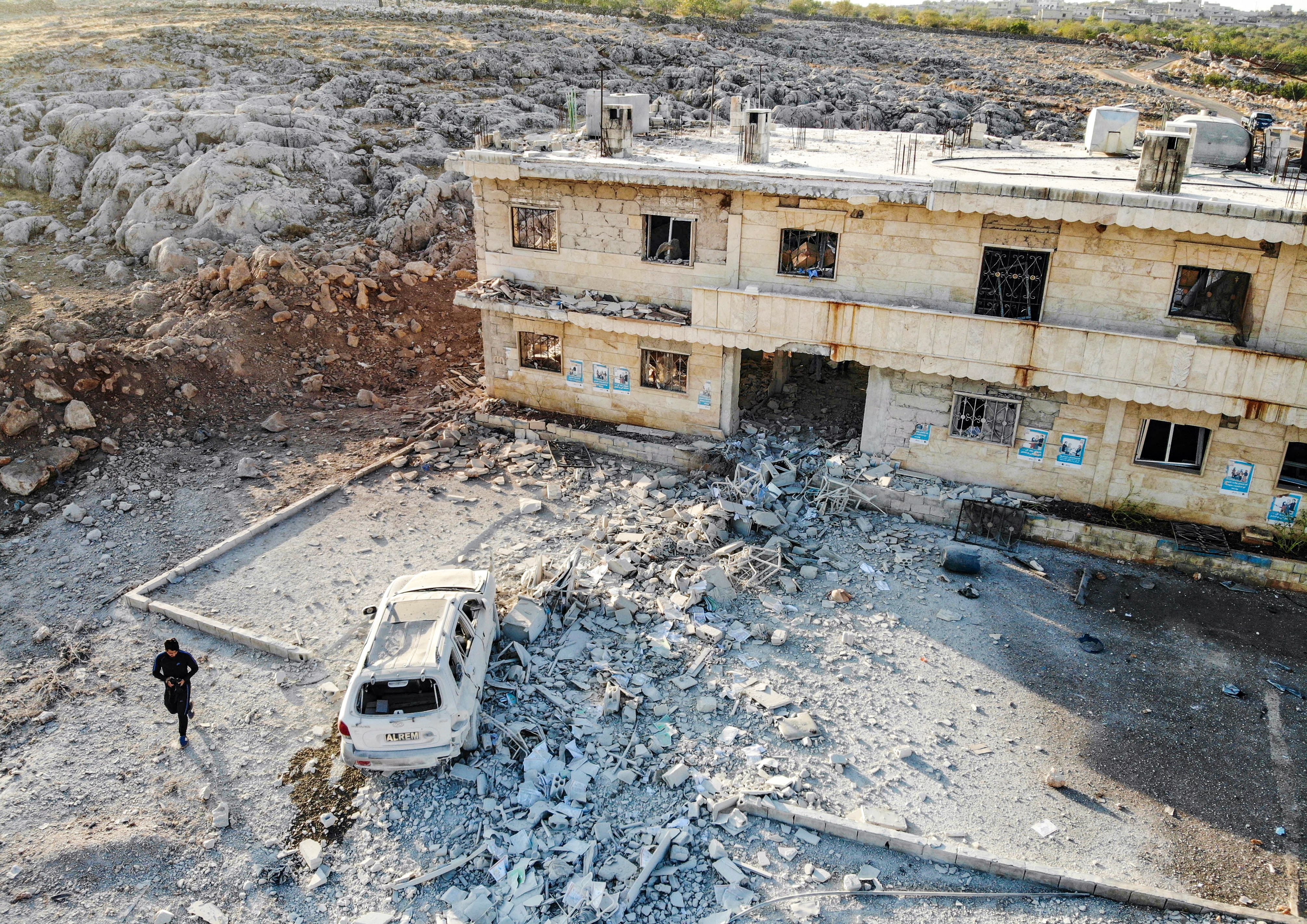 صورة تظهر جانبا من الدمار الذي خلفه القصف على قرية شنان في محافظة إدلب السورية