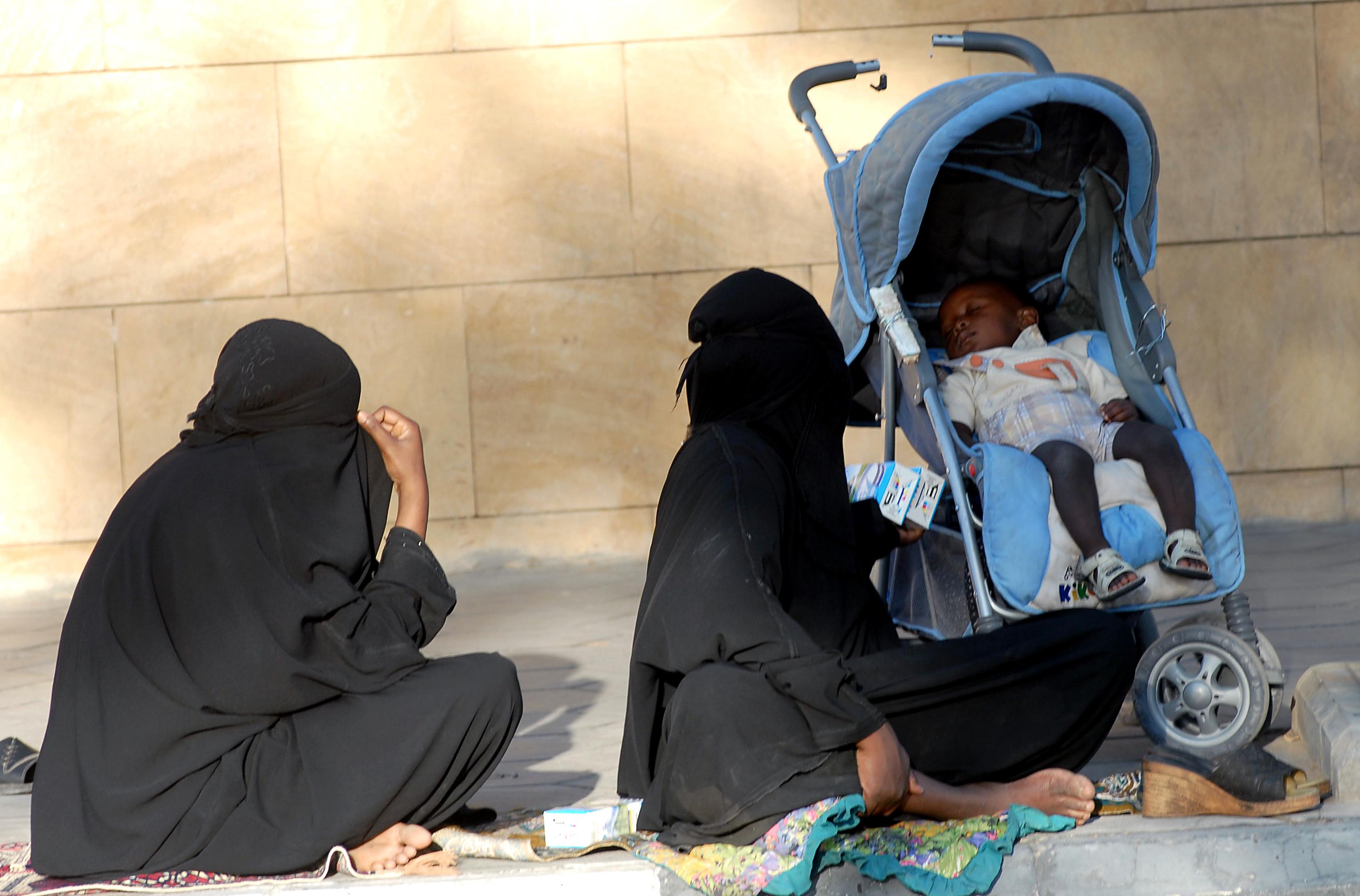 نساء يعانين الفقر في السعودية