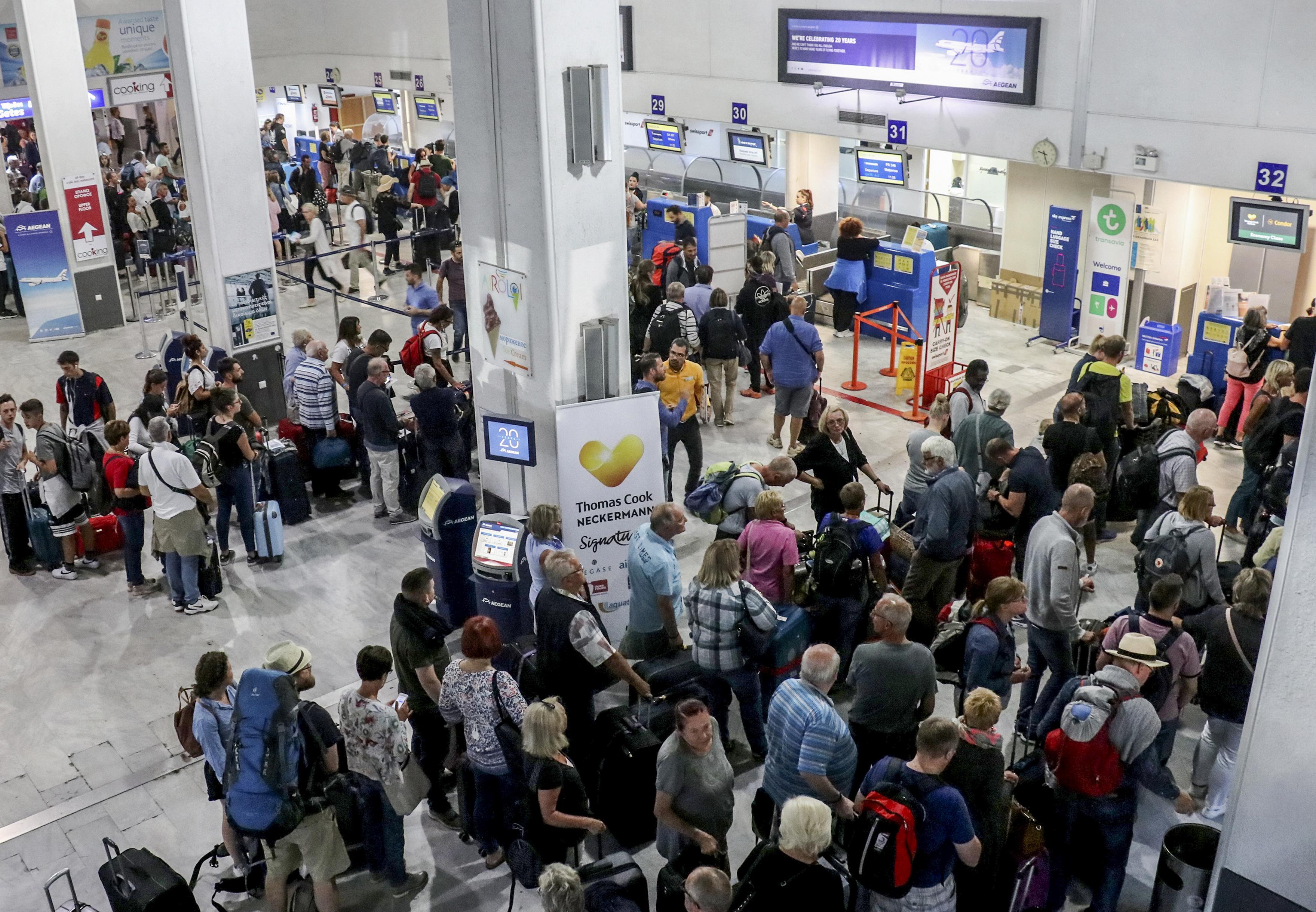 مسافرون عبر شركة توماس كوك عالقون في مطار هيراكيلون في اليونان
