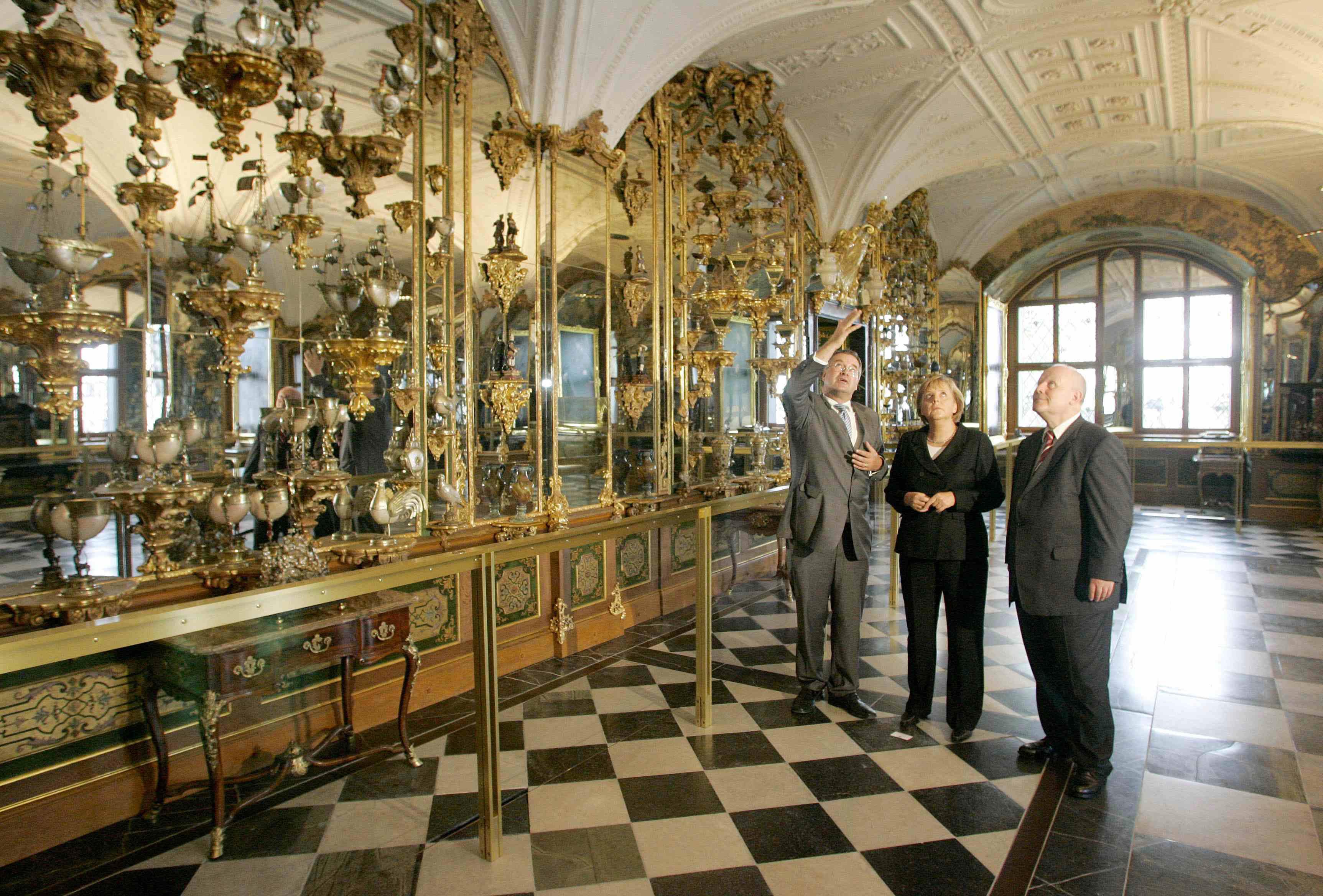 """المستشارة الألمانية أنجيلا ميركل في زيارة لمتحف """"الخزنة الخضراء"""" في دريسدن عام 2006"""