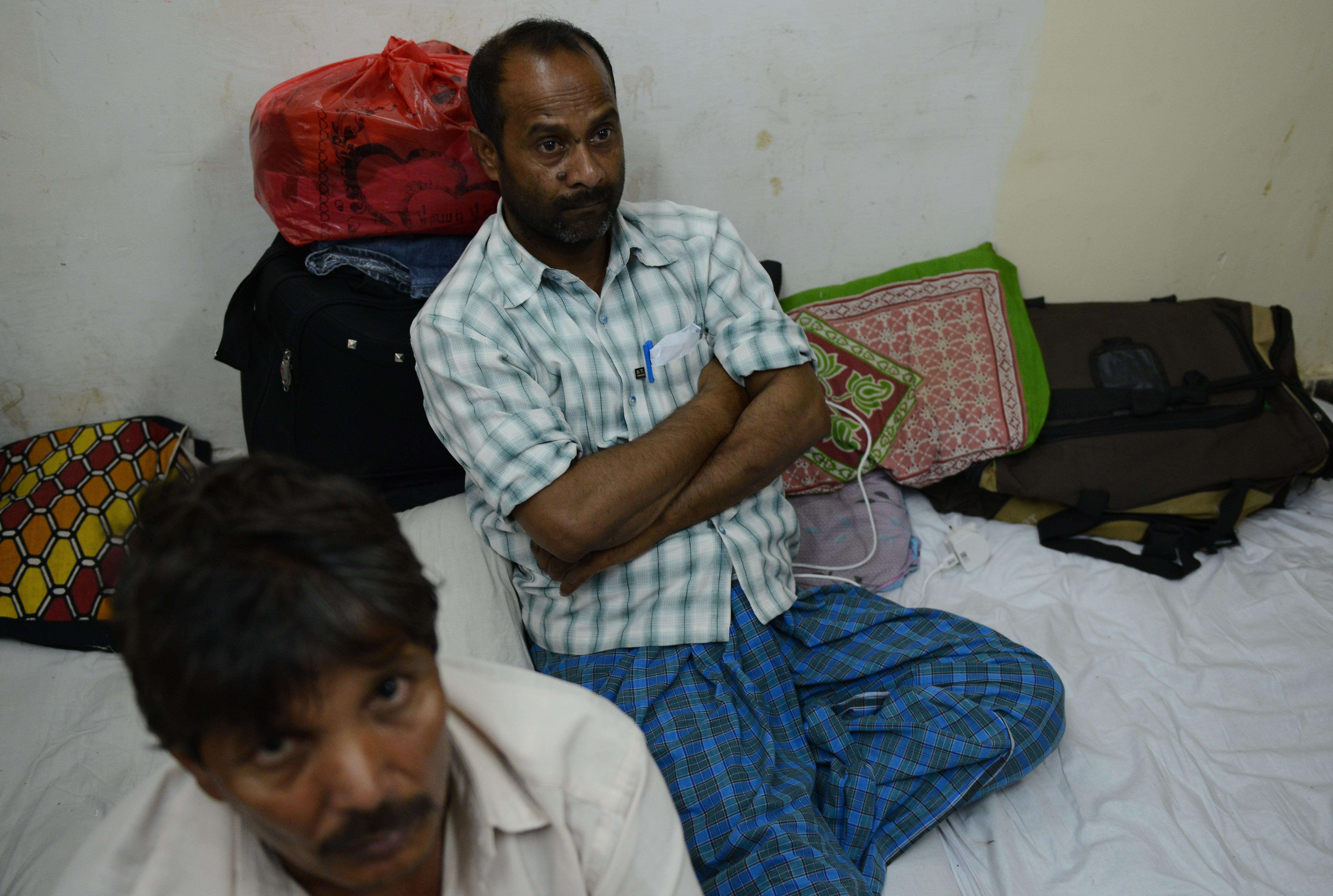 عمال هنود عائدون من السعودية في نيودلهي بانتظار القطار للعودة إلى قراهم في الهند