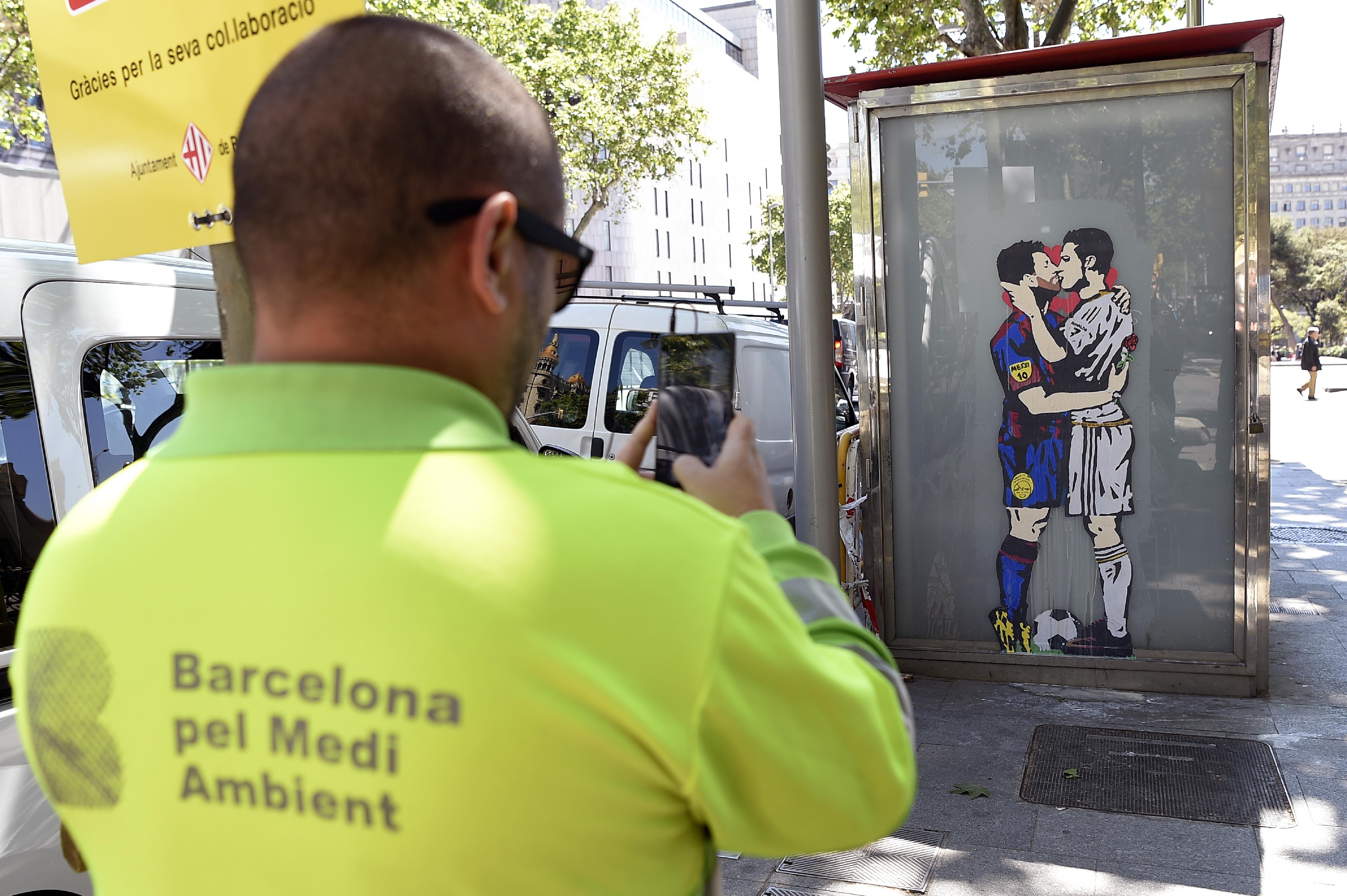 رسم غرافيتي لقبلة ميسي ورنالدو في برشلونة الجمعة