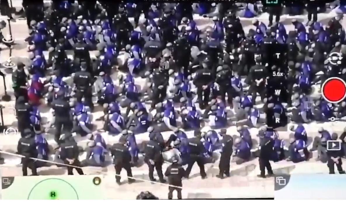صورة من فيديو المعتقلين من أقلية الأويغور وهم مكبلو الأيدي ومعصوبو الأعين في شينغيانغ