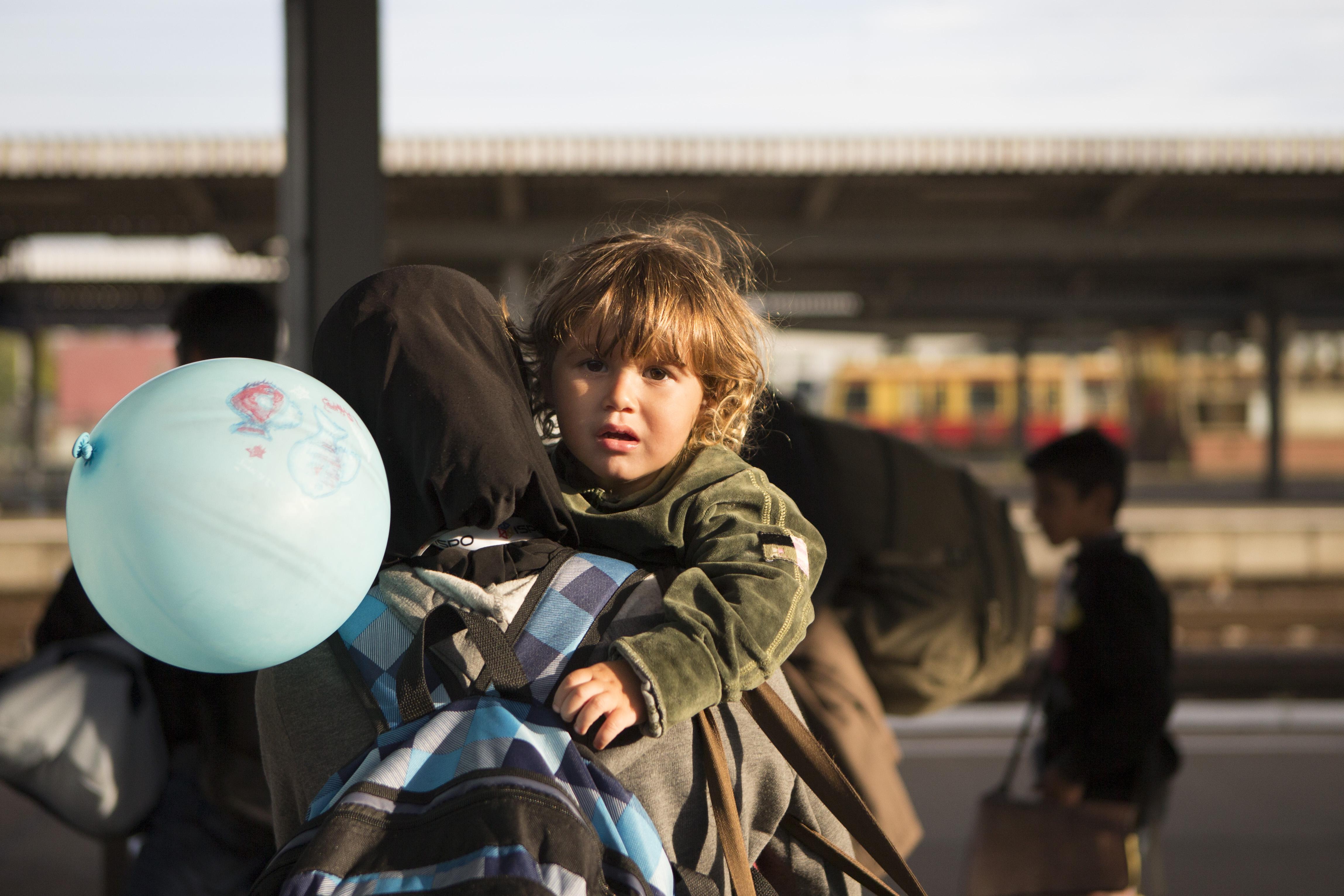 لاجئون في محطة القطار في برلين قادمين من ميونيخ