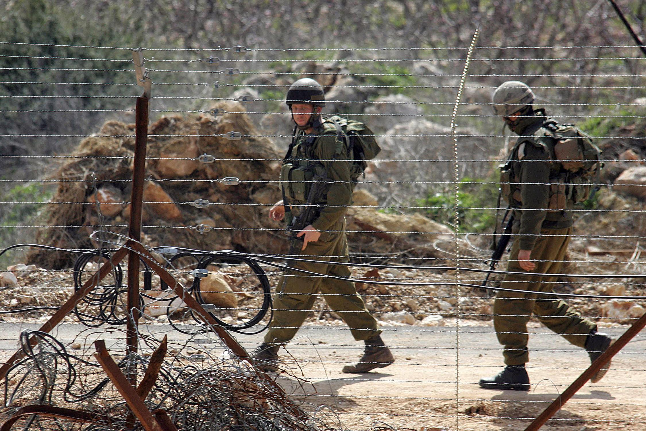 جنديان إسرائيليان خلال دورية عند الحدود الإسرائيلية-اللبنانية، ارشيف