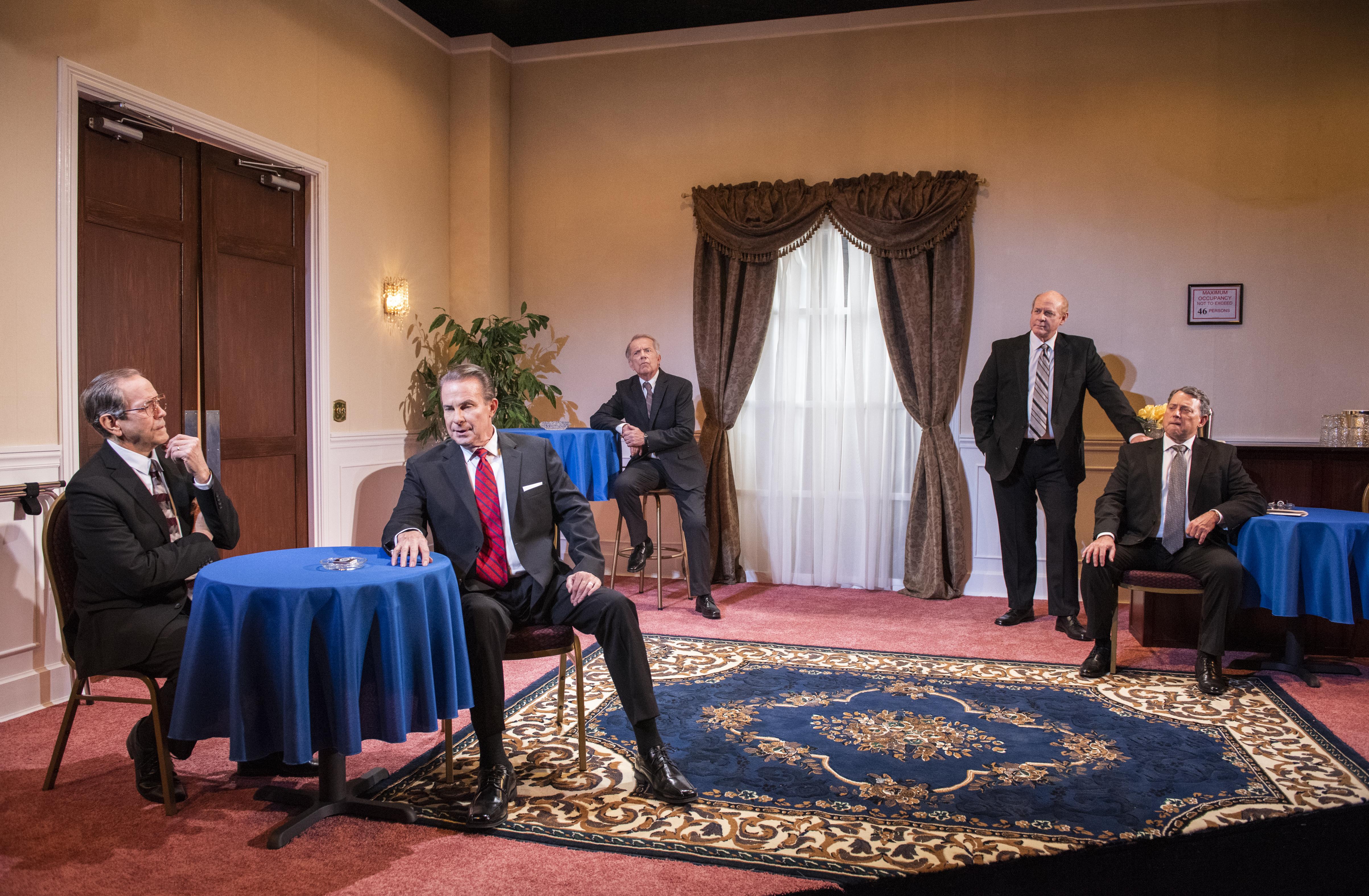 لقطة من المسرحية تمثل اجتماع الرؤساء الأمريكيين الخمسة في جنازة نيكسون (مايكل بروسيلو)