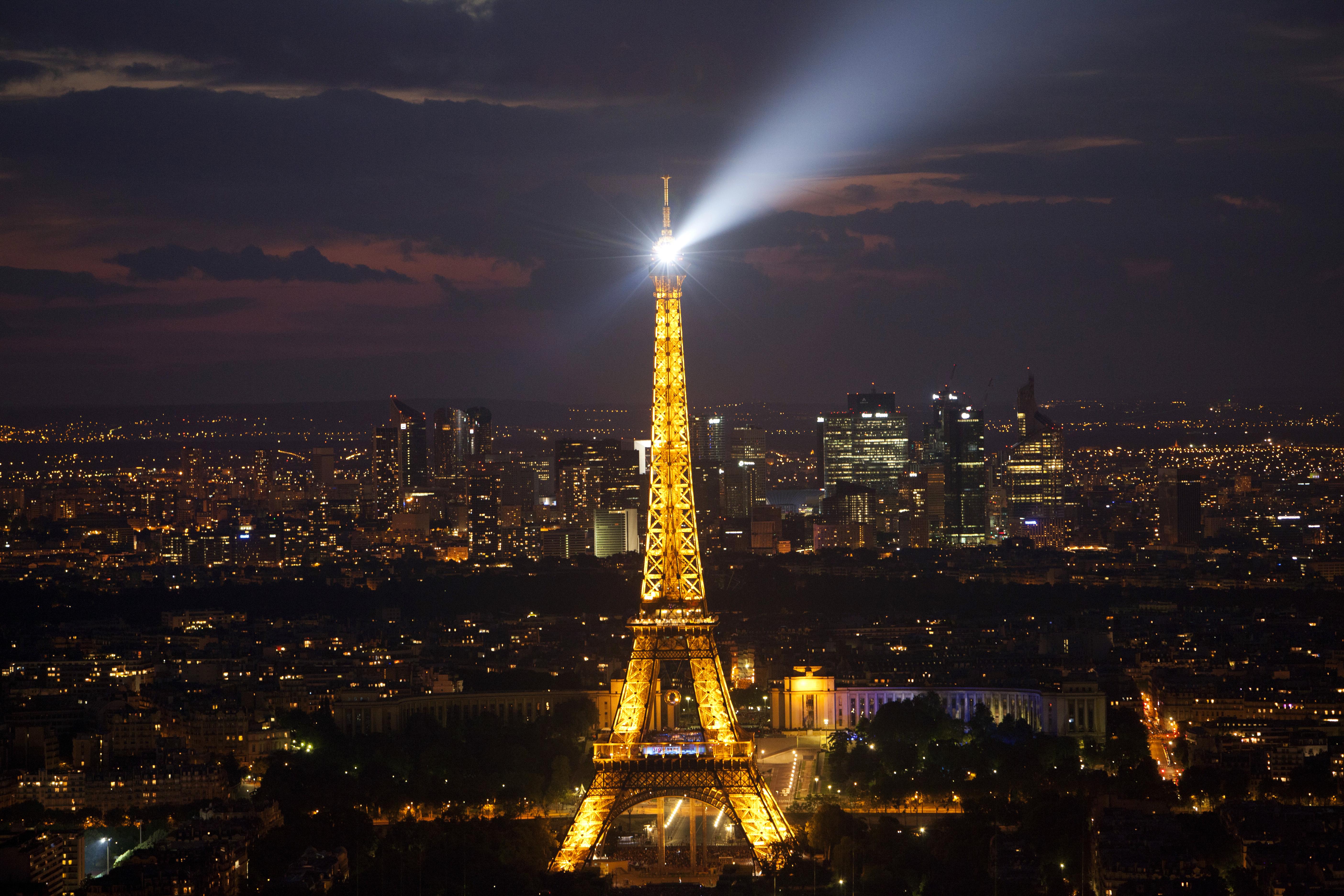 برج ايفل الشهير في باريس