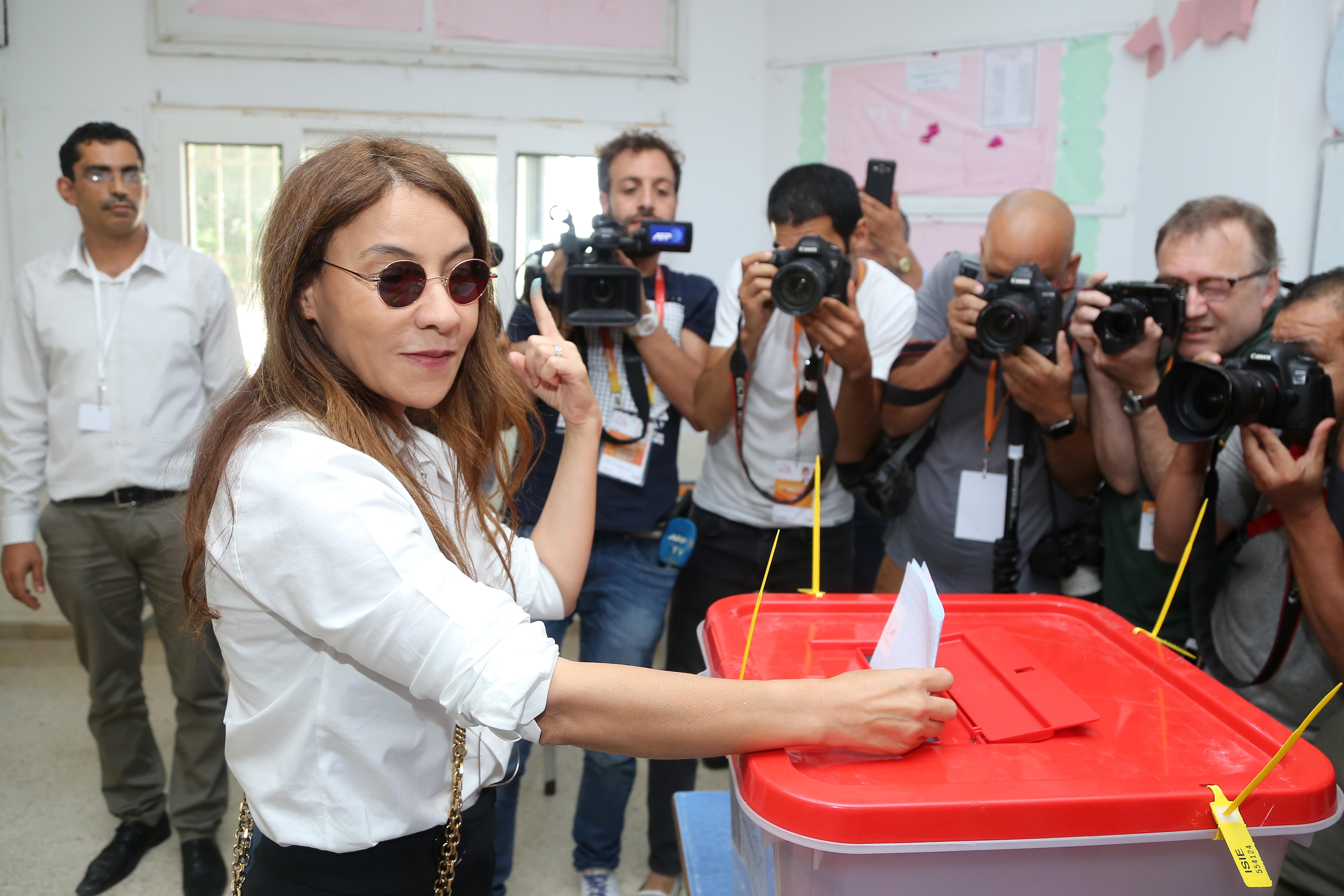 سلمى سماوي زوجة المرشح الرئاسي المحبوس نبيل القروي تدلي بصوتها في الانتخابات التشريعية