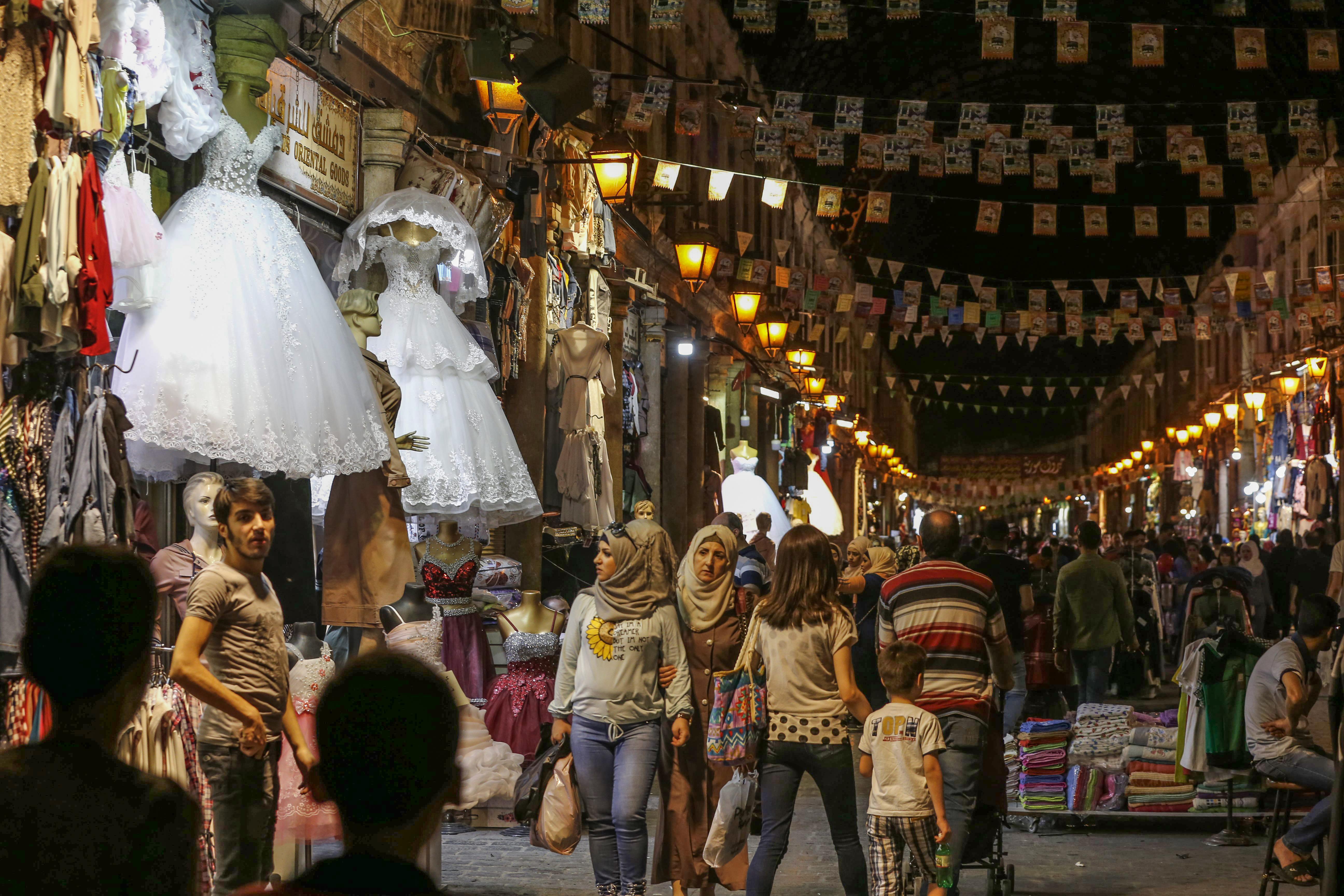 متسوقون سوريون في سوق الحميدية وسط دمشق