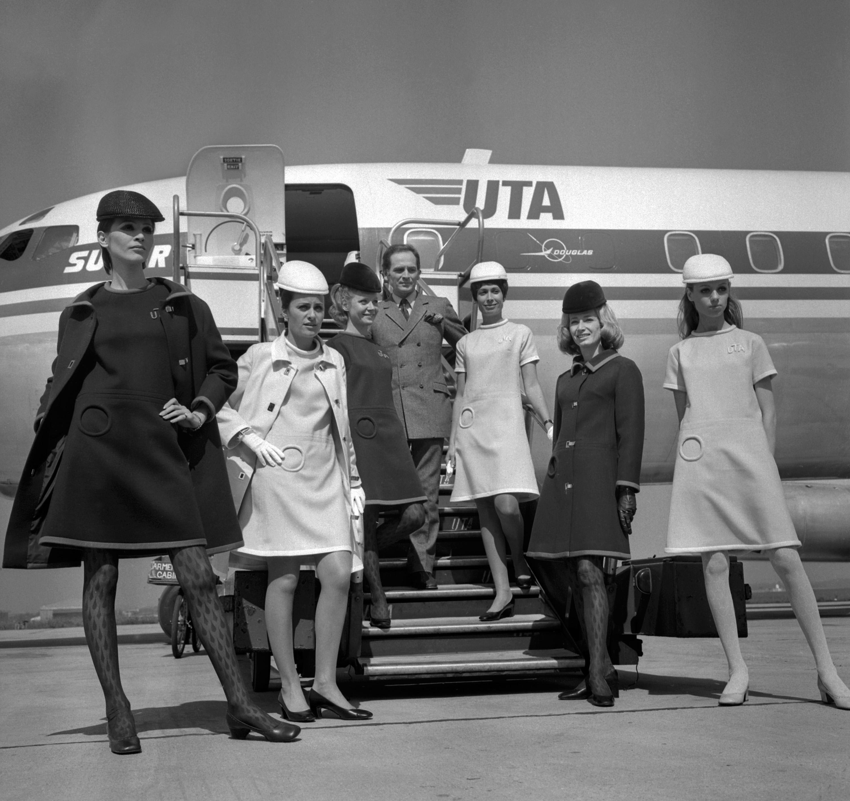 مصمم الأزياء الفرنسي بيير كاردان يقدم تصميماته لزي مضيفات خطوط UTA للطيران عام 1968