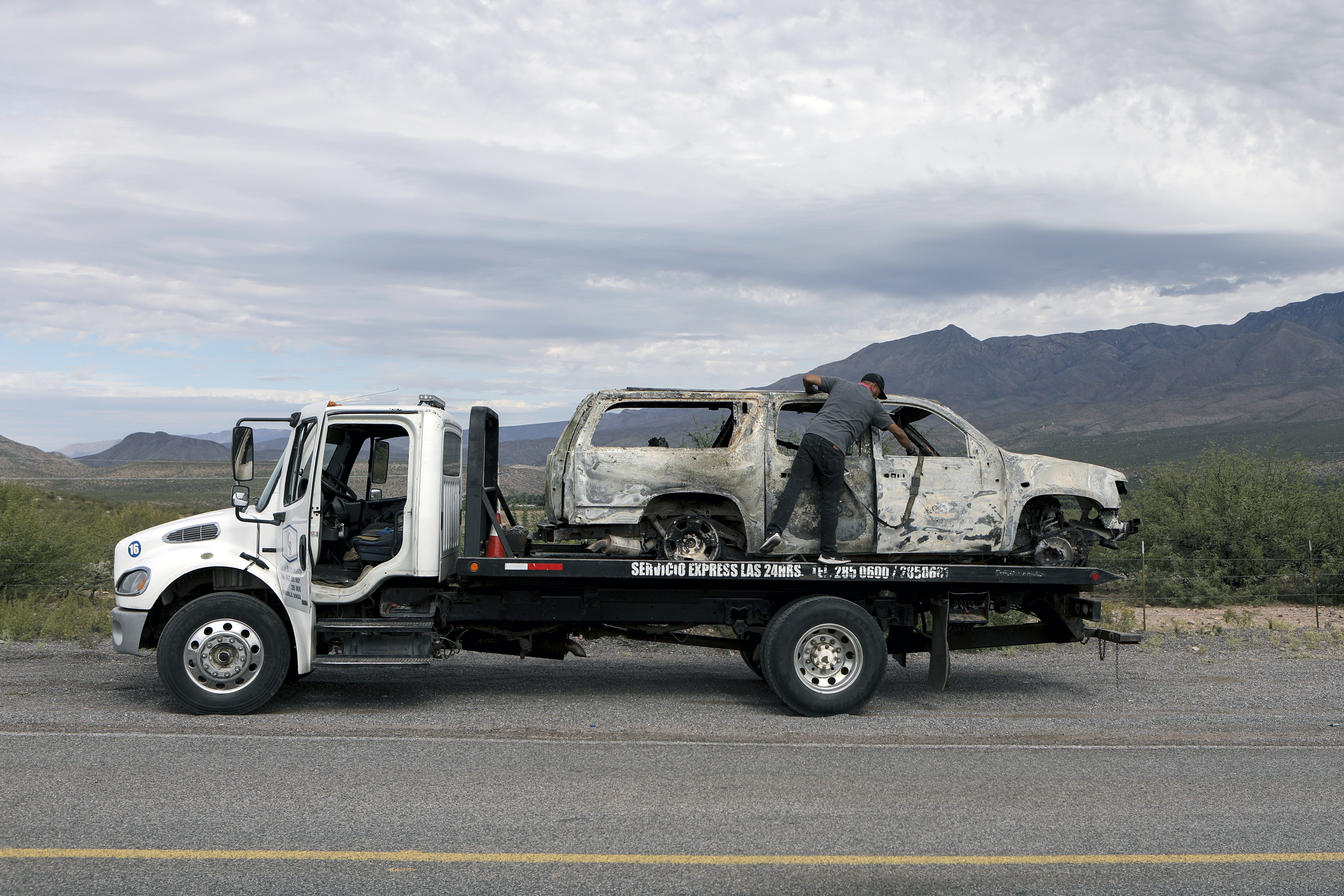 نقل واحدة من السيارات المحترقة