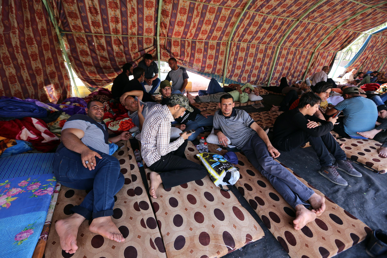 معتصمون داخل خيمة في ساحة التحرير الأحد