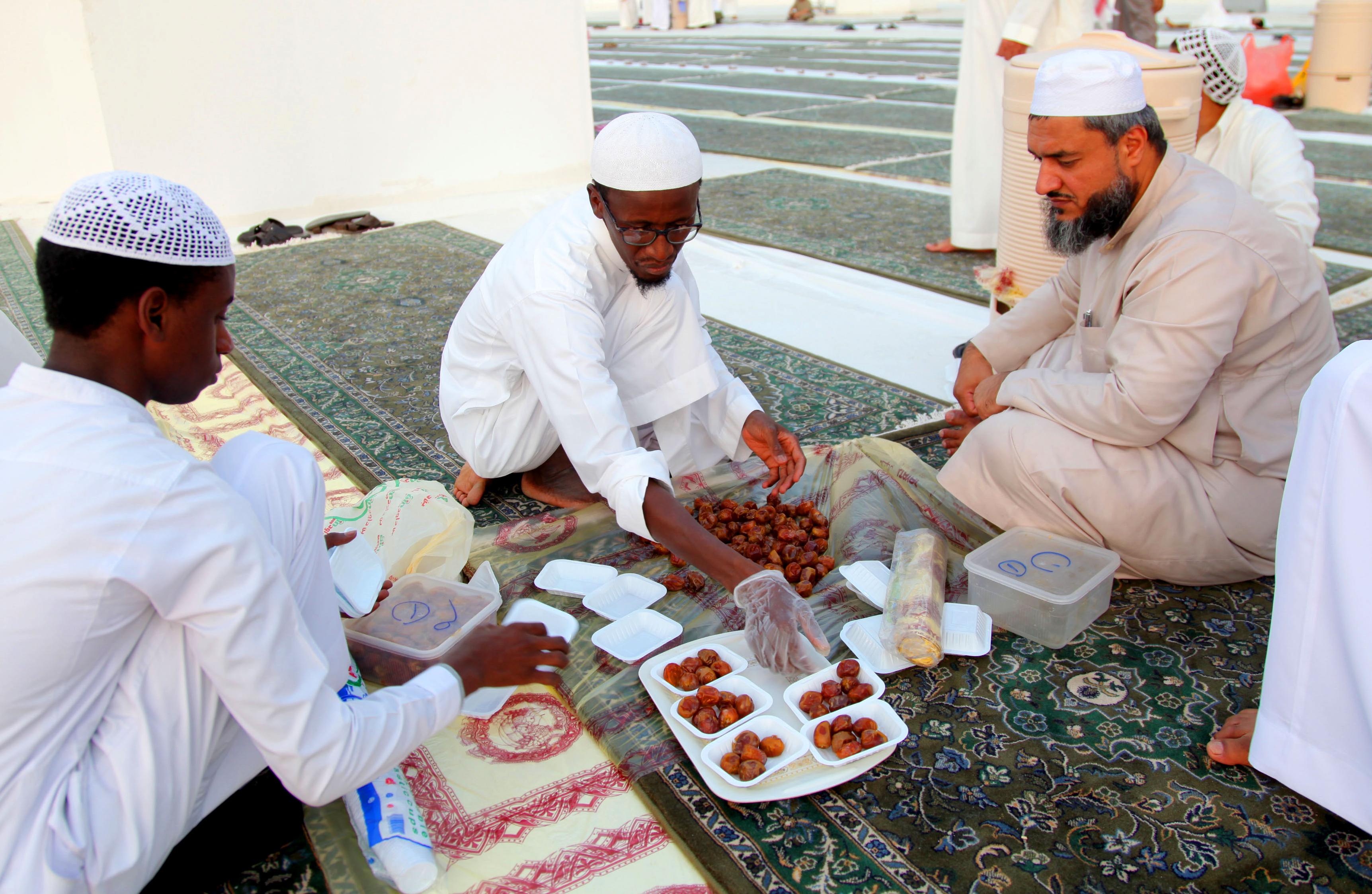 صائمون يتناولون وجبة الإفطار في مكة