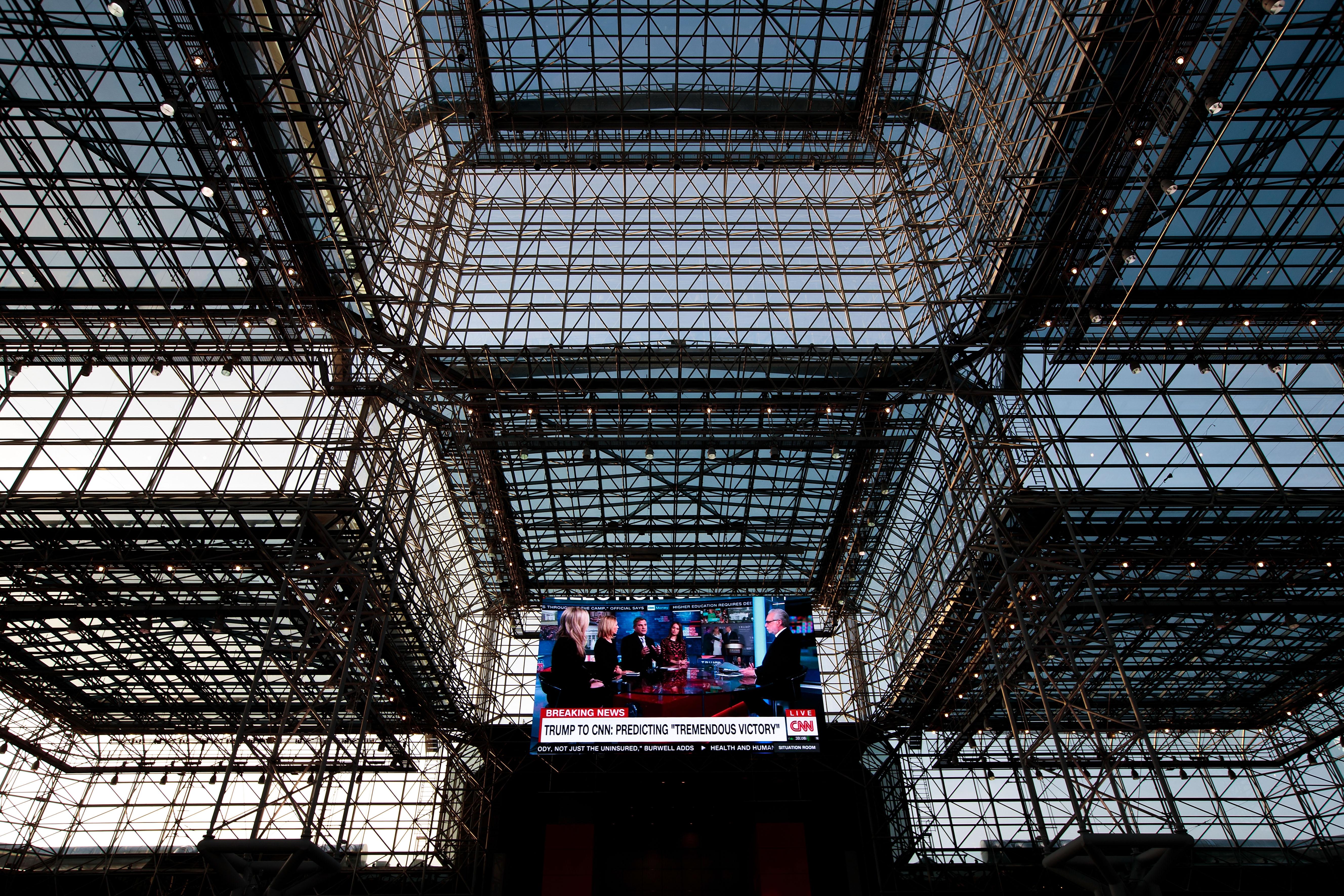 """مركز """"جاكوب كي جافيتس للمؤتمرات"""" من الداخل، حيث ستمكث فيه هيلاري كلينتون لمراقبة سير لانتخابات الرئاسية"""