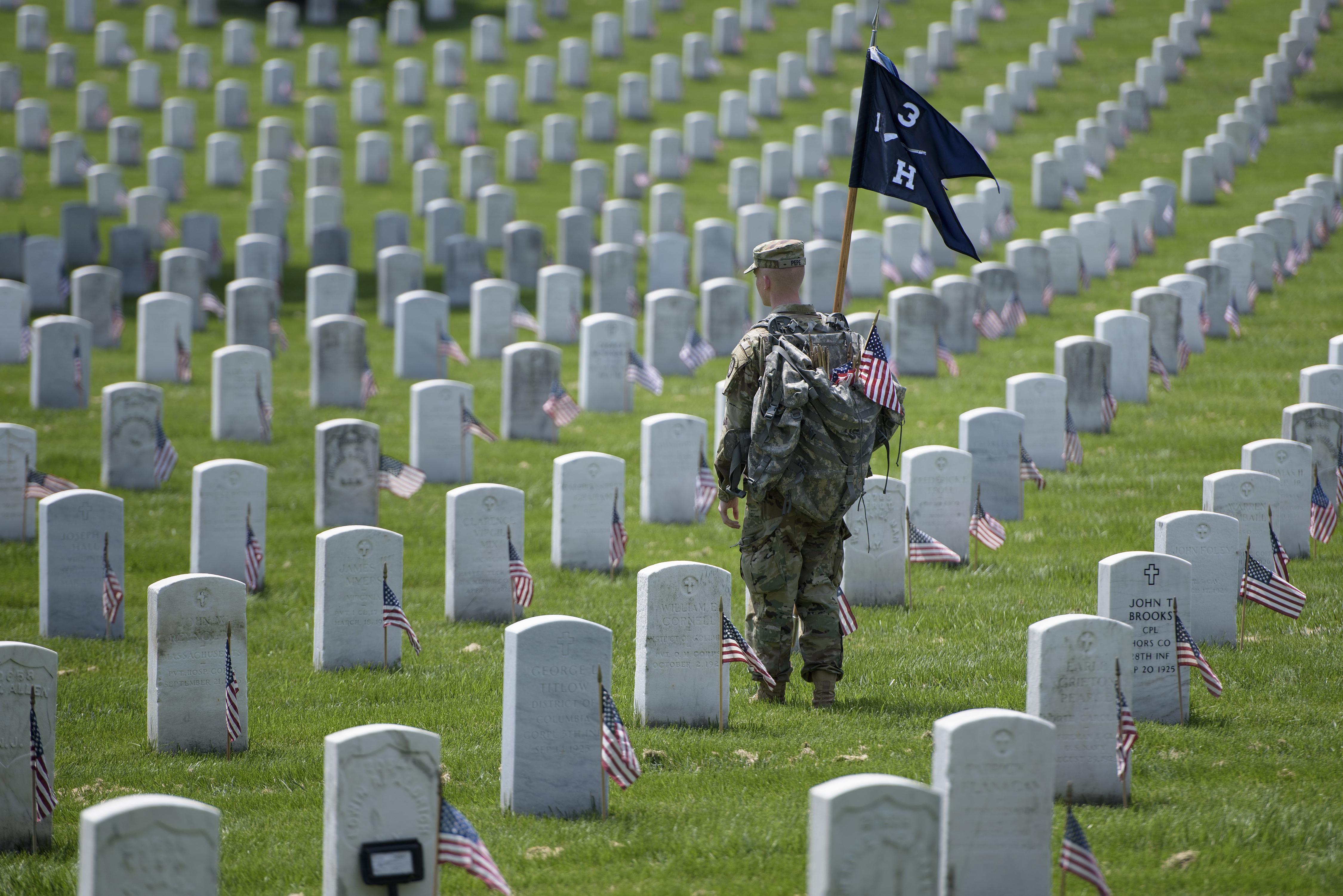 جندي أميركي في مقبرة أرلينغتون الوطنية القريبة من العاصمة واشنطن