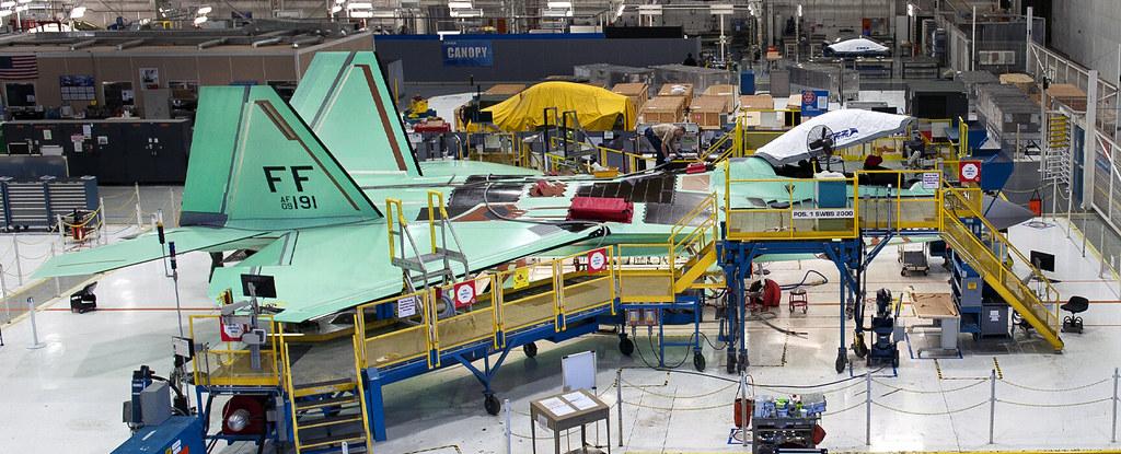 أثناء تصنيع مقاتلات إف-22 في مصانع شركة لوكهيدمارتين
