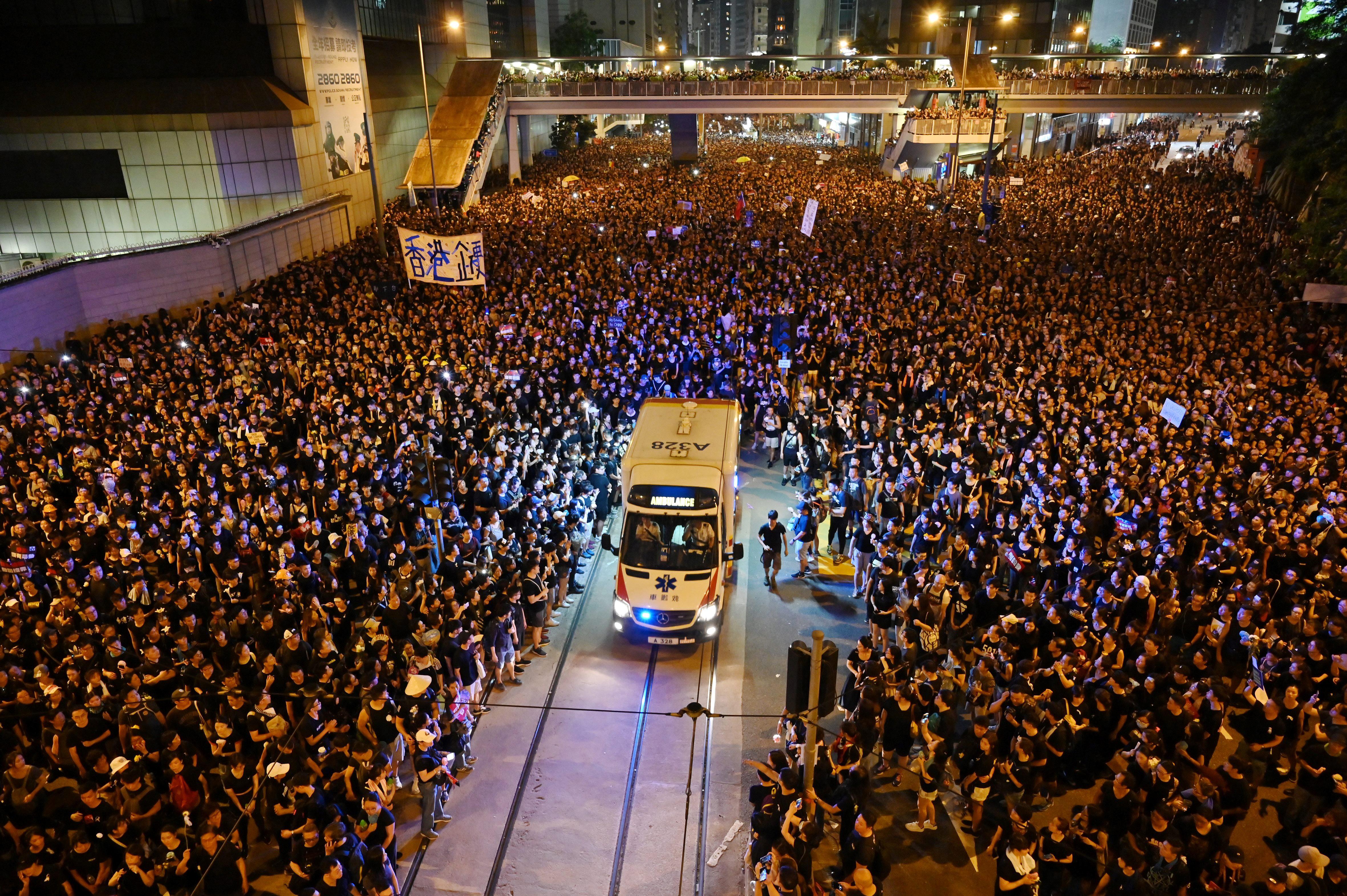 سيارة إسعاف تسير وسط الآلاف من المتظاهرين - هونغ كونغ 16 حزيران/يونيو 2019