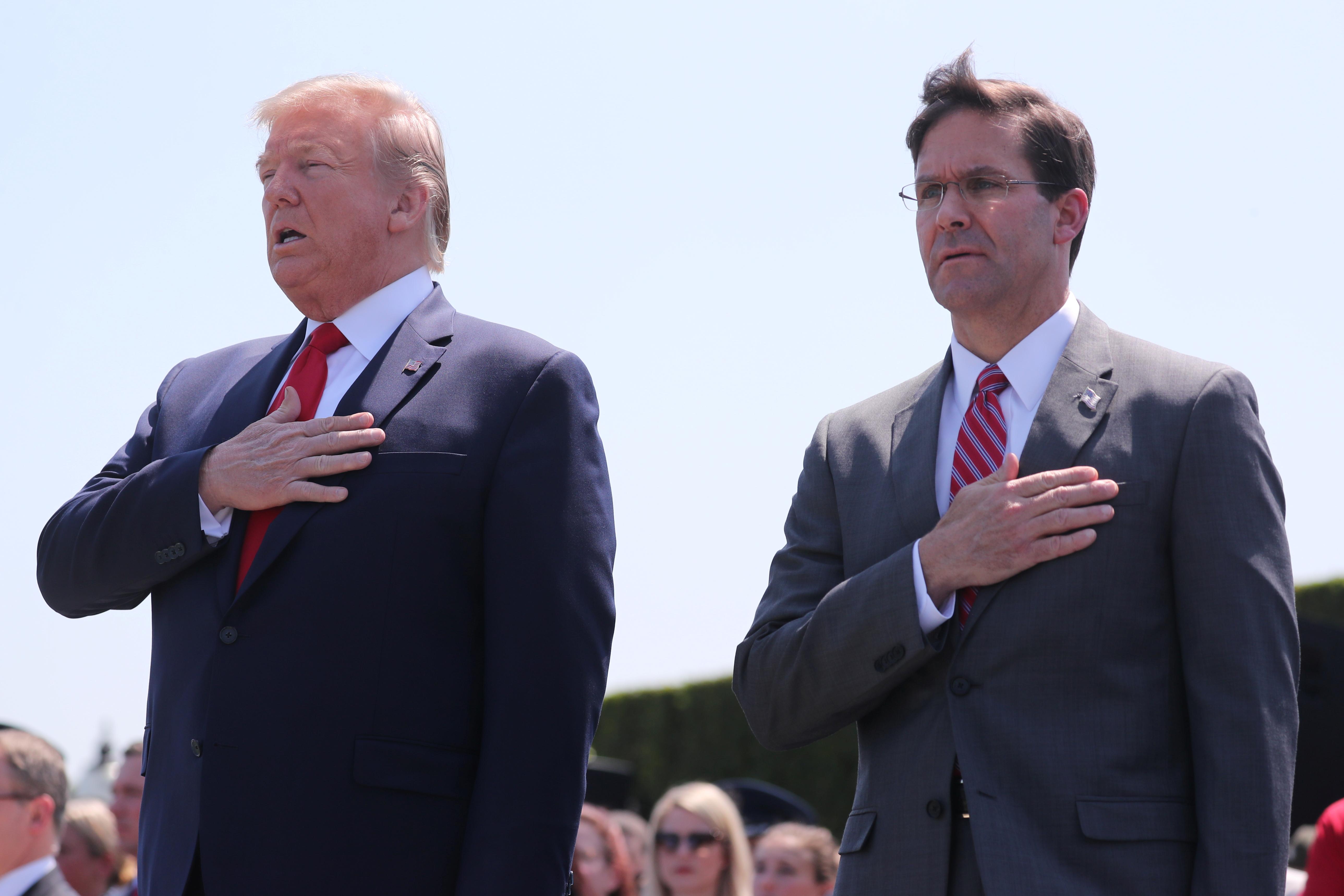 ترامب وإسبر خلال الاحتفال في البنتاغون
