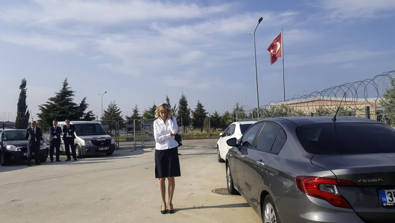 نورين برانسون زوجة أندرو برانسون تتحدث بالهاتف النقال أمام مبنى المحكمة في إزمير