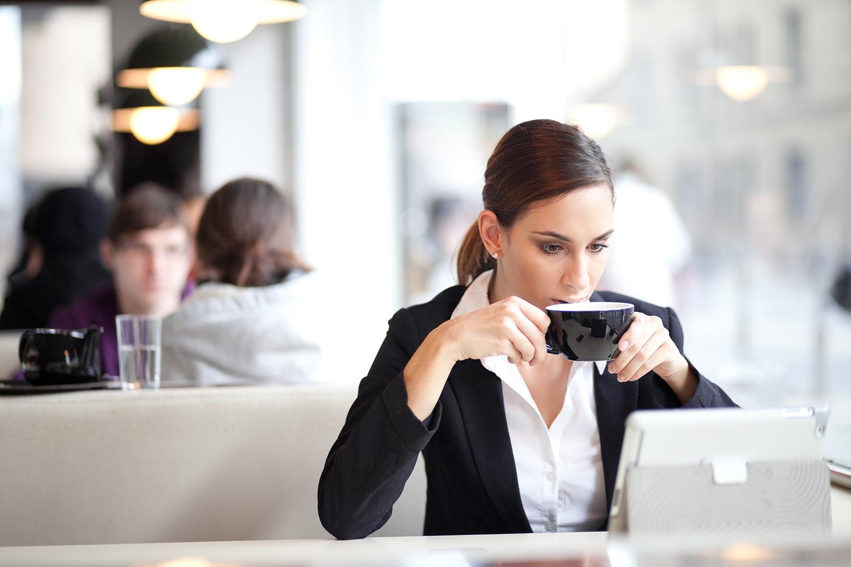 فنجان كبير من القهوة قبل ست ساعات من موعد النوم قد يؤثر على سرعة الإغفاء والنوم العميق