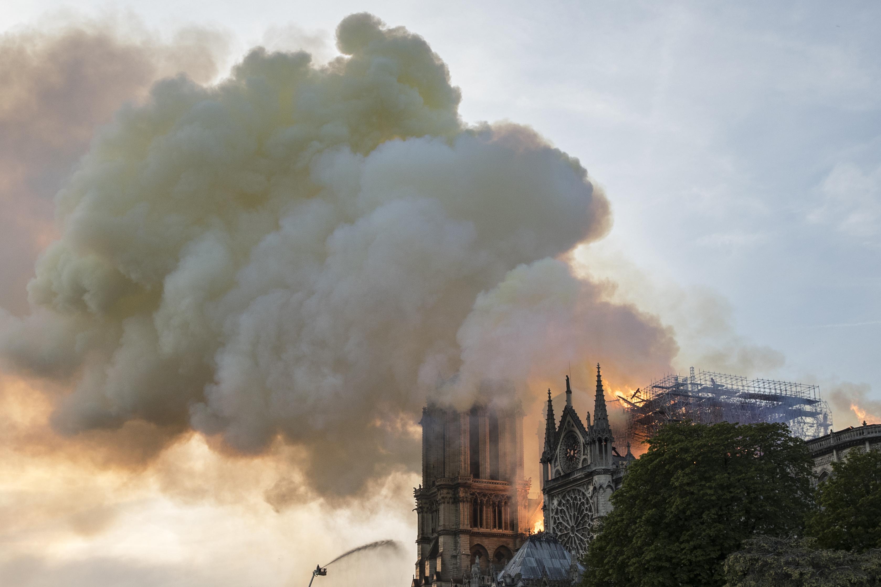 دخان كثيف يتصاعد من سقف كاتدرائية نوتردام