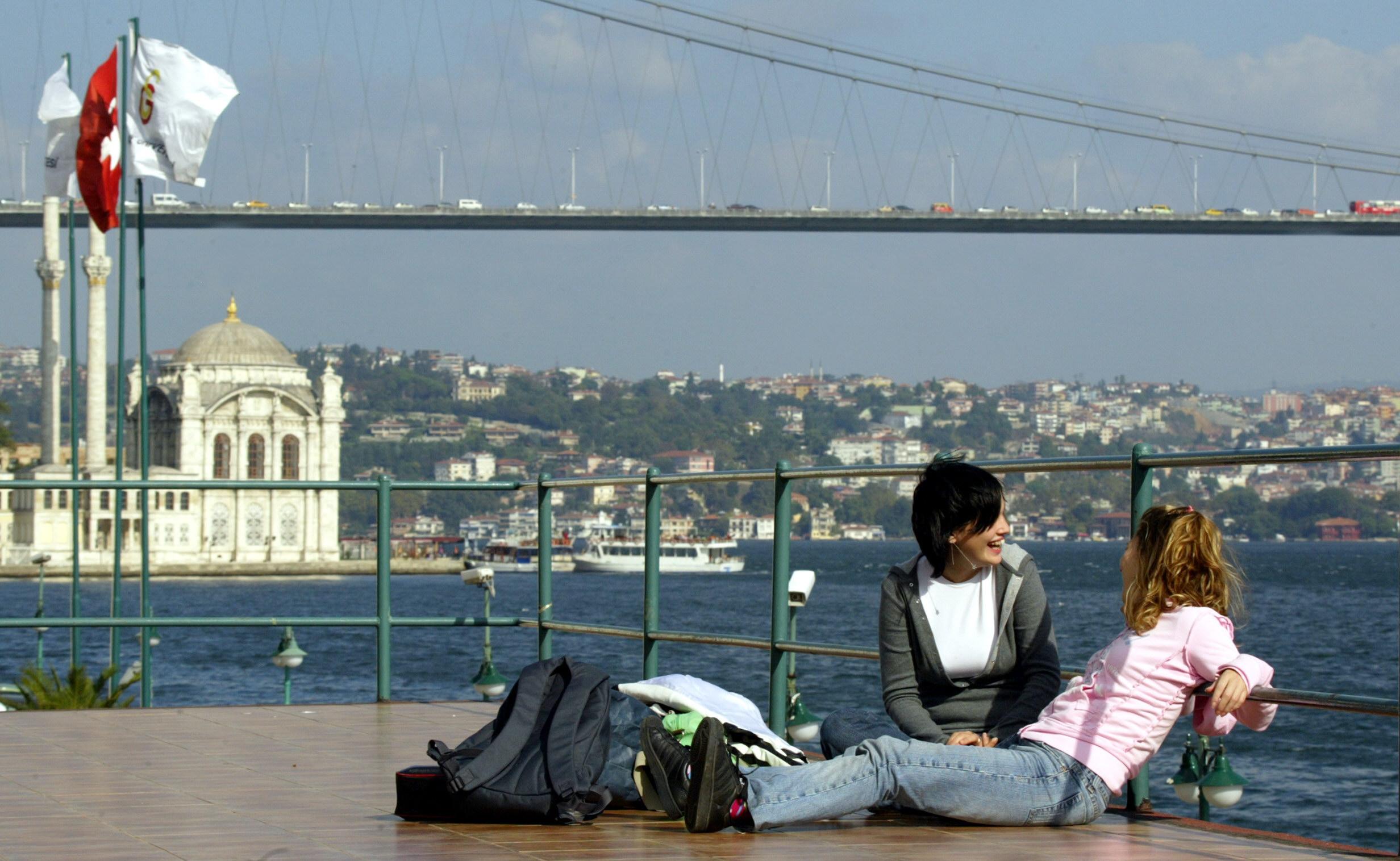 طالبتان من جامعة غلطة سراي في اسطنبول وتظهر الجامعة في خلفية الصورة