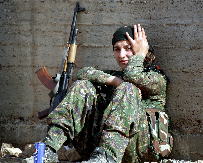 مقاتلة من وحدات حماية المرأة