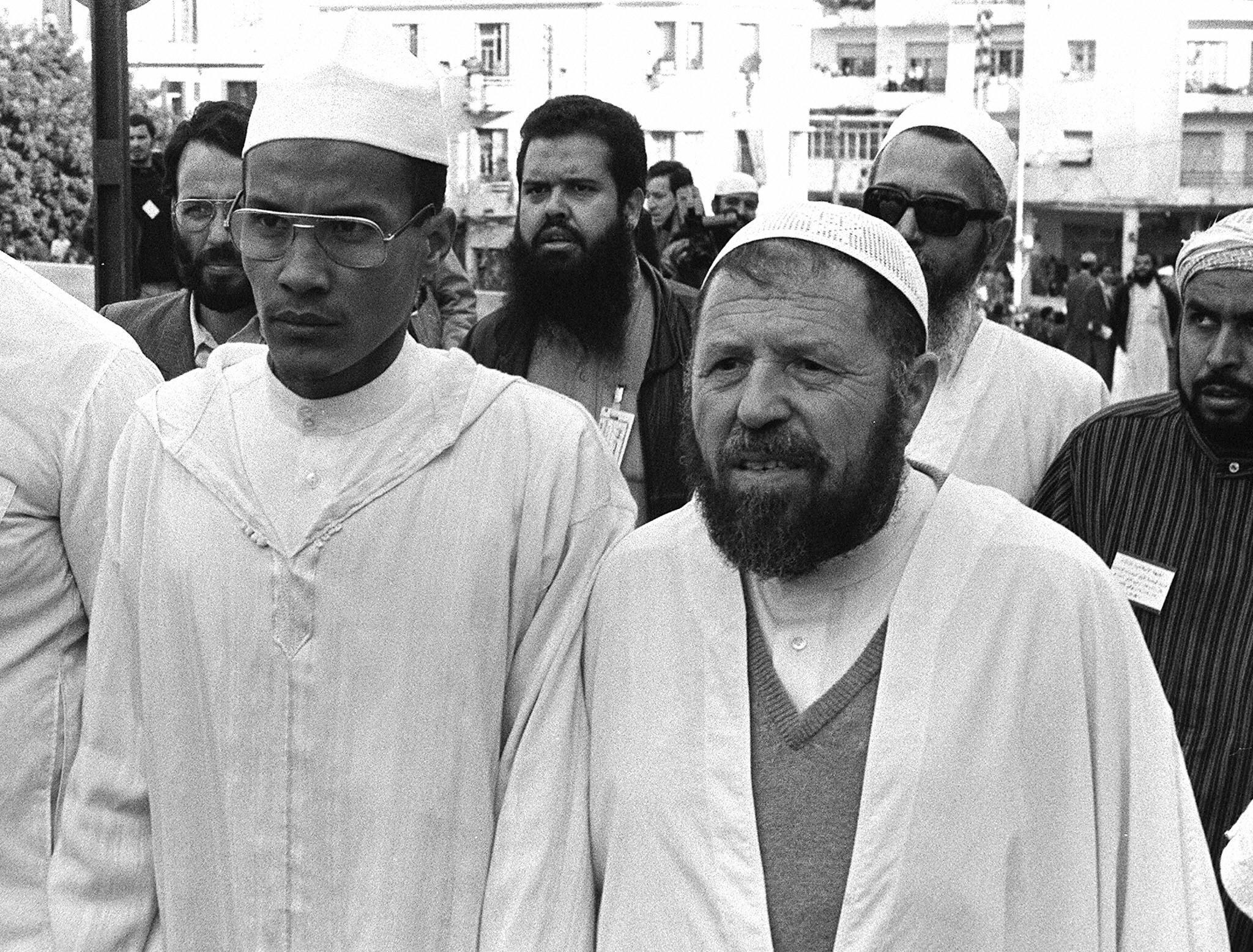 عباسي مدني (يمين الصورة) رفقة علي بلحاج