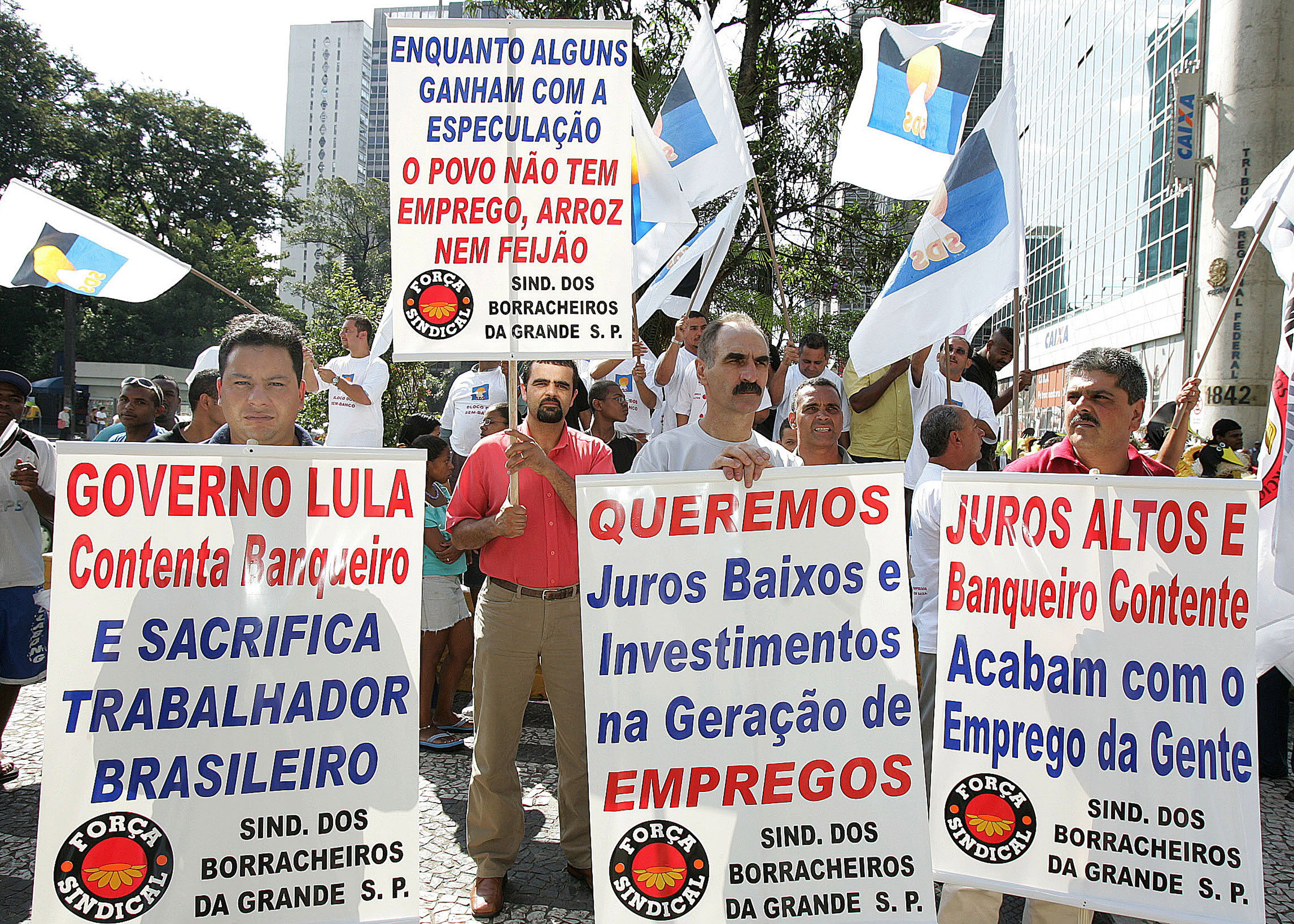 محتجون في البرازيل ضد رفع الضرائب