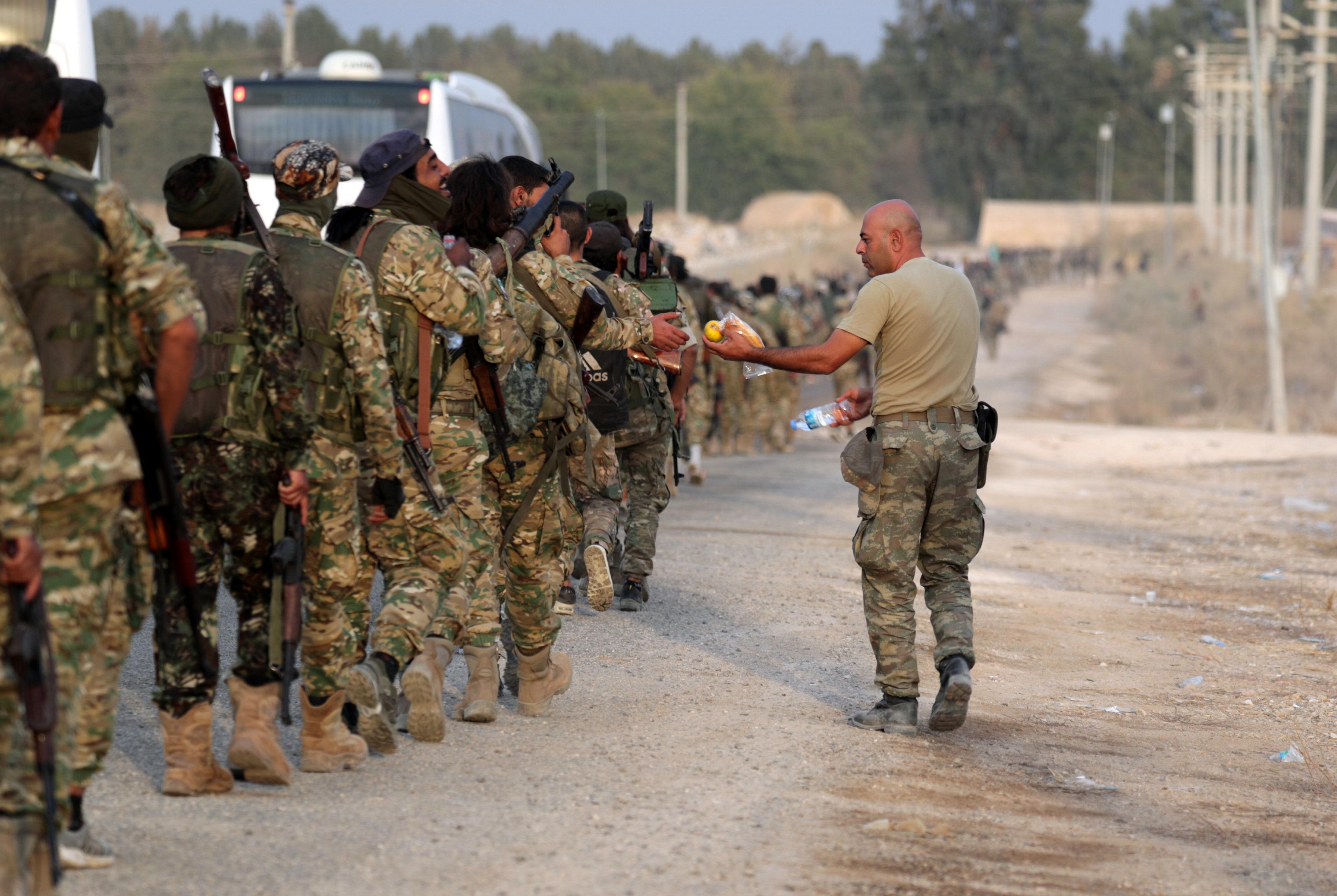 مقاتلون من فصائل سورية مدعومة من تركيا قبل انطلاق عملية نبع السلام -11 أكتوبر 2019