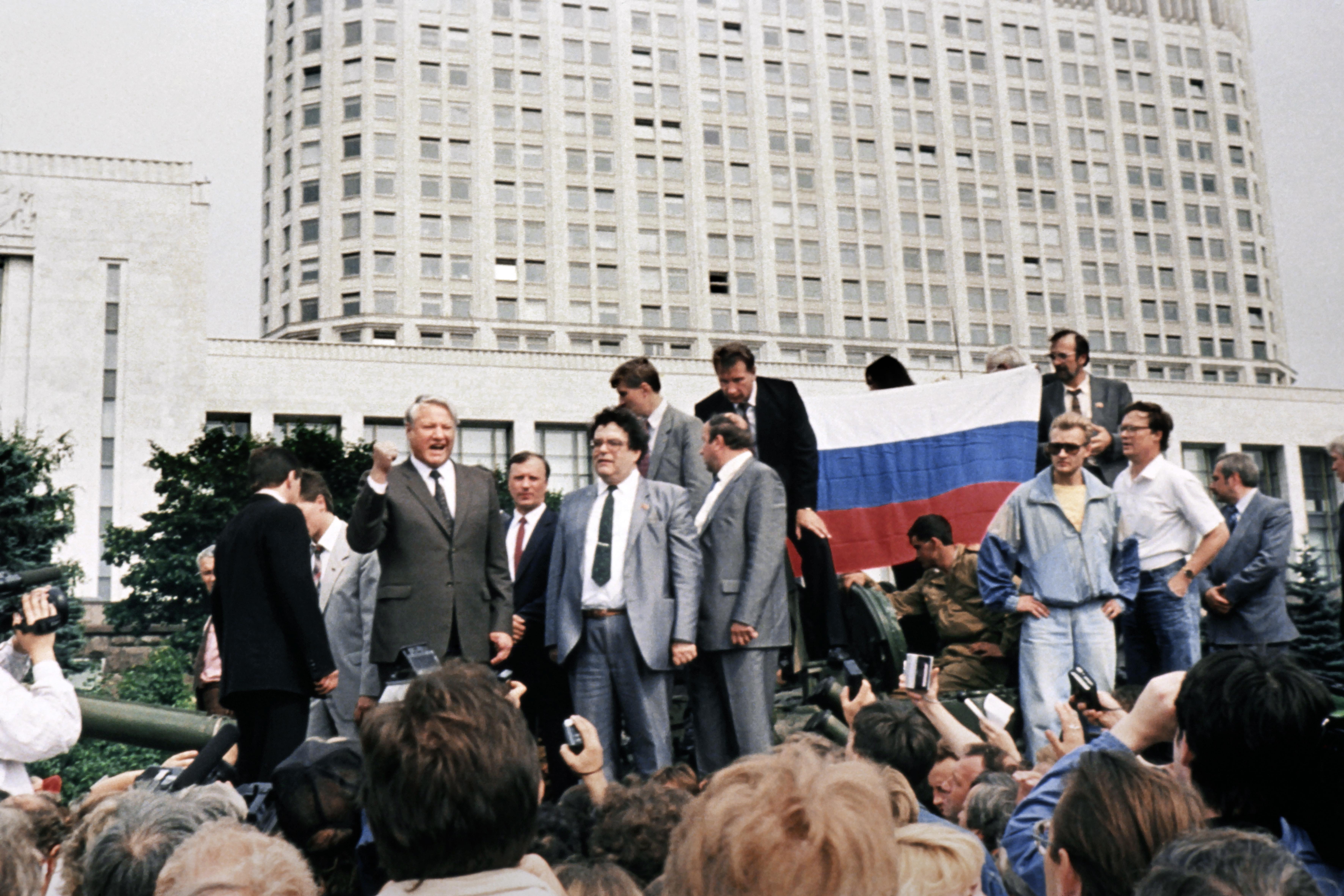 الرئيس الروسي الأسبق بوريس يلتسين يقف على مدرعة احتجاجا على الانقلاب العسكري - 1991