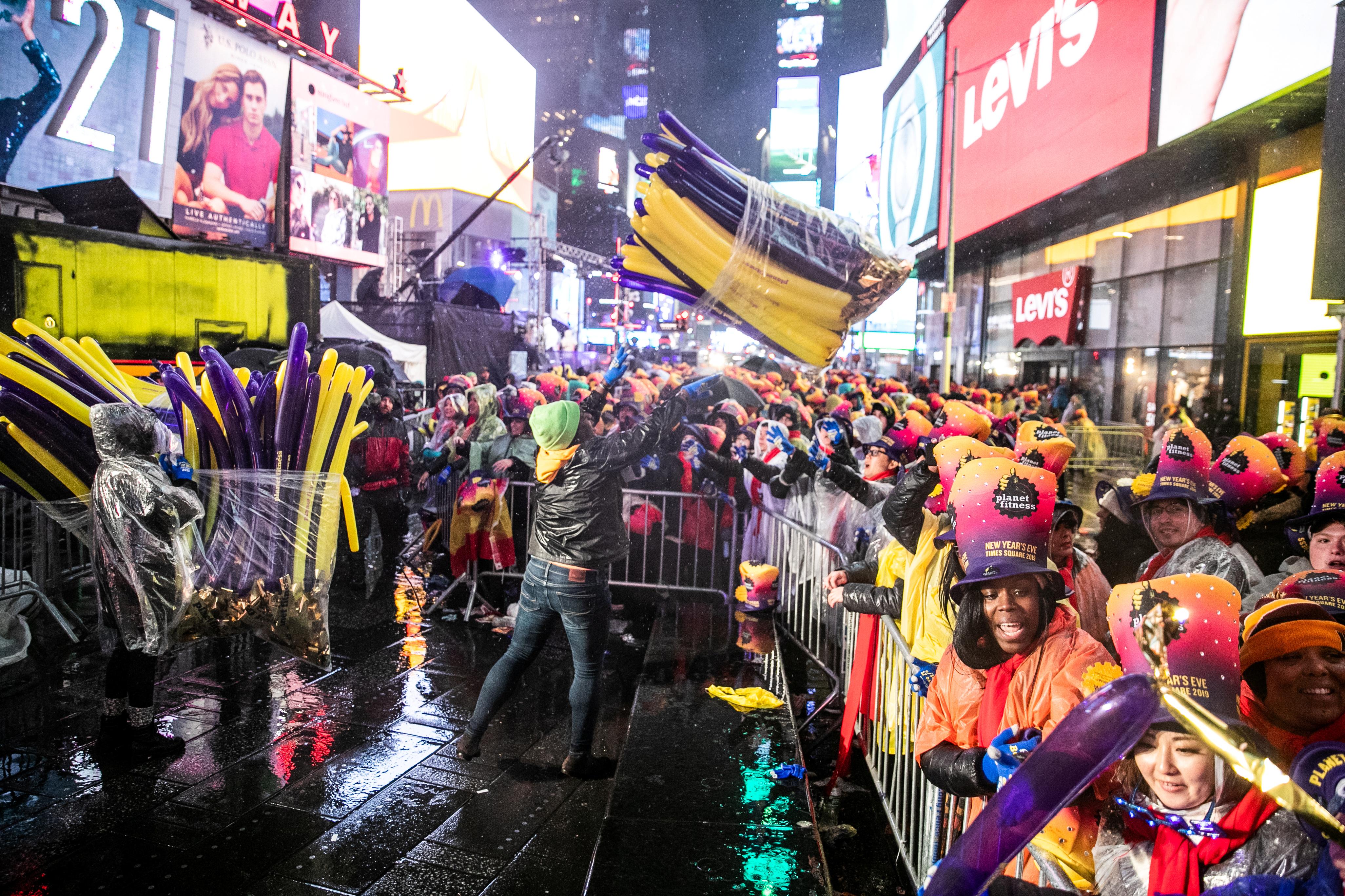 الآلاف تجمعوا تحت المطر في تايمز سكوير للاحتفال بالعام الجديد