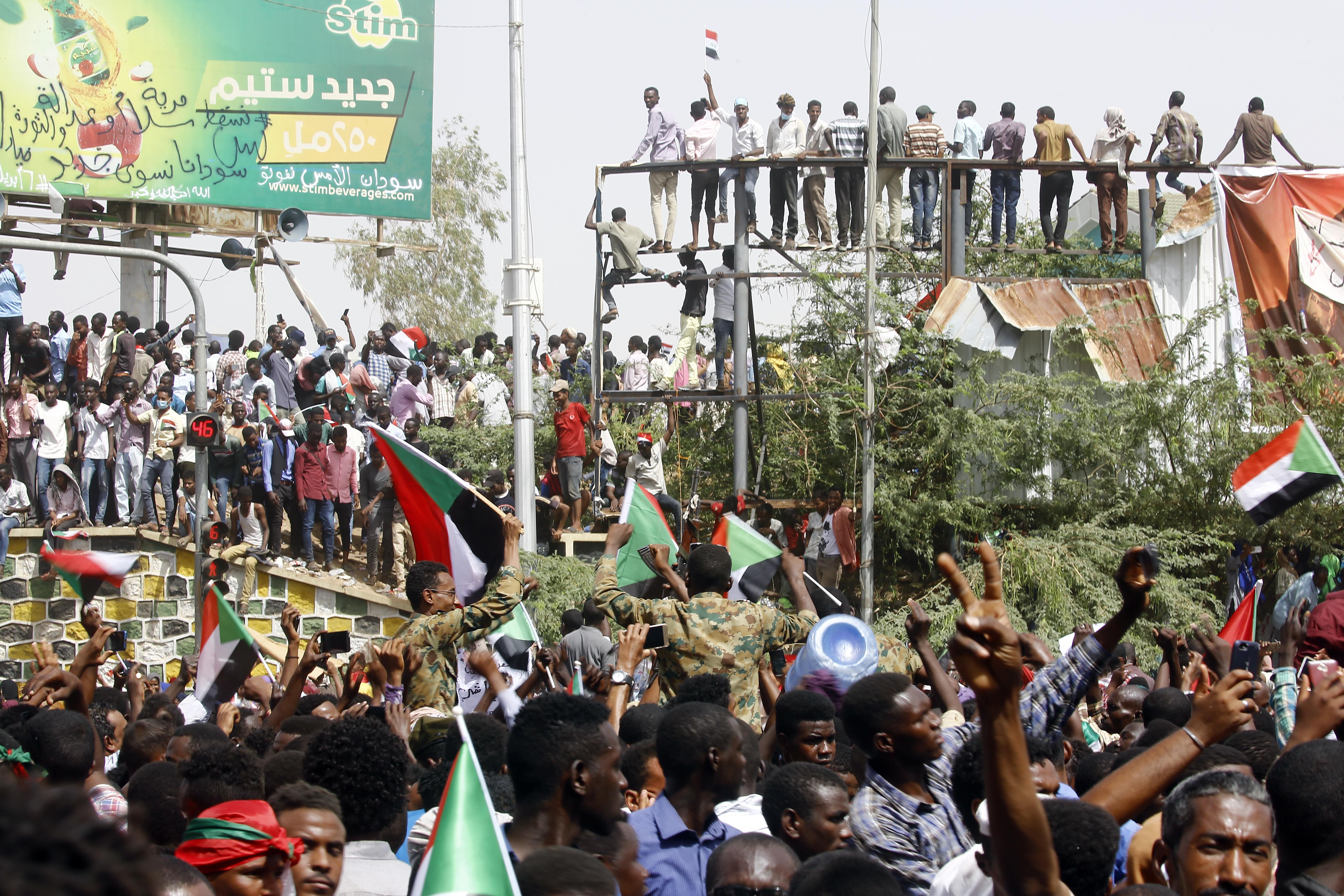 مواطنون سودانيون في أحد شوارع الخرطوم بعد إعلان خلع البشير