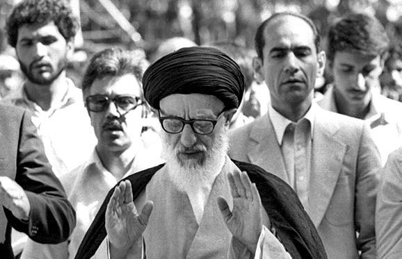 طالقاني في أول صلاة جمعة عقب الثورة في 1979