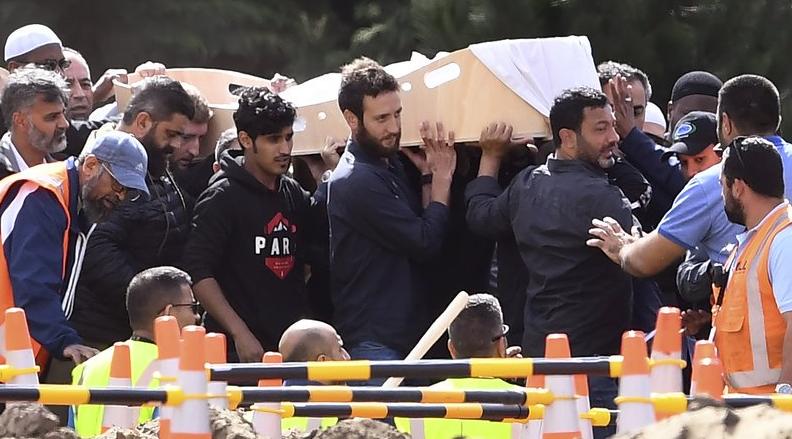 مشاهد مهيبة خلال جنازة اللاجئ السوري خالد مصطفى وابنه حمزة