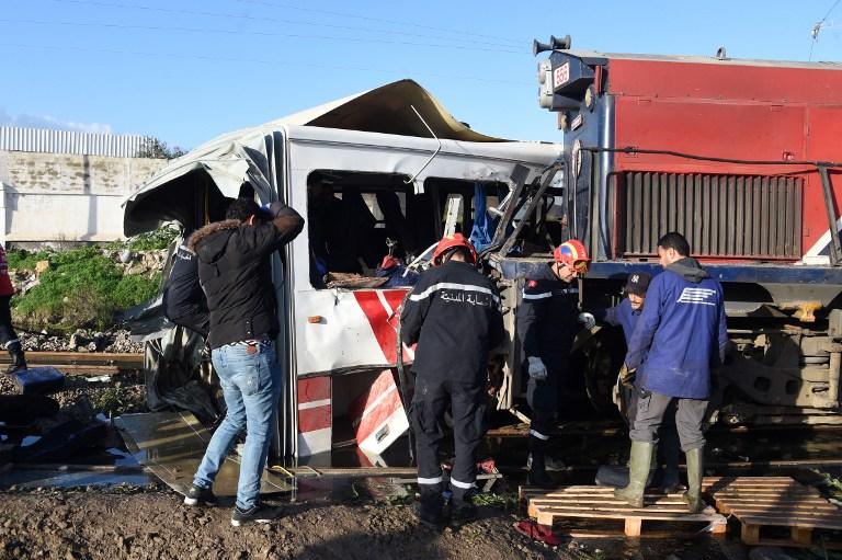 أفراد إنقاذ حول موقع الحادث