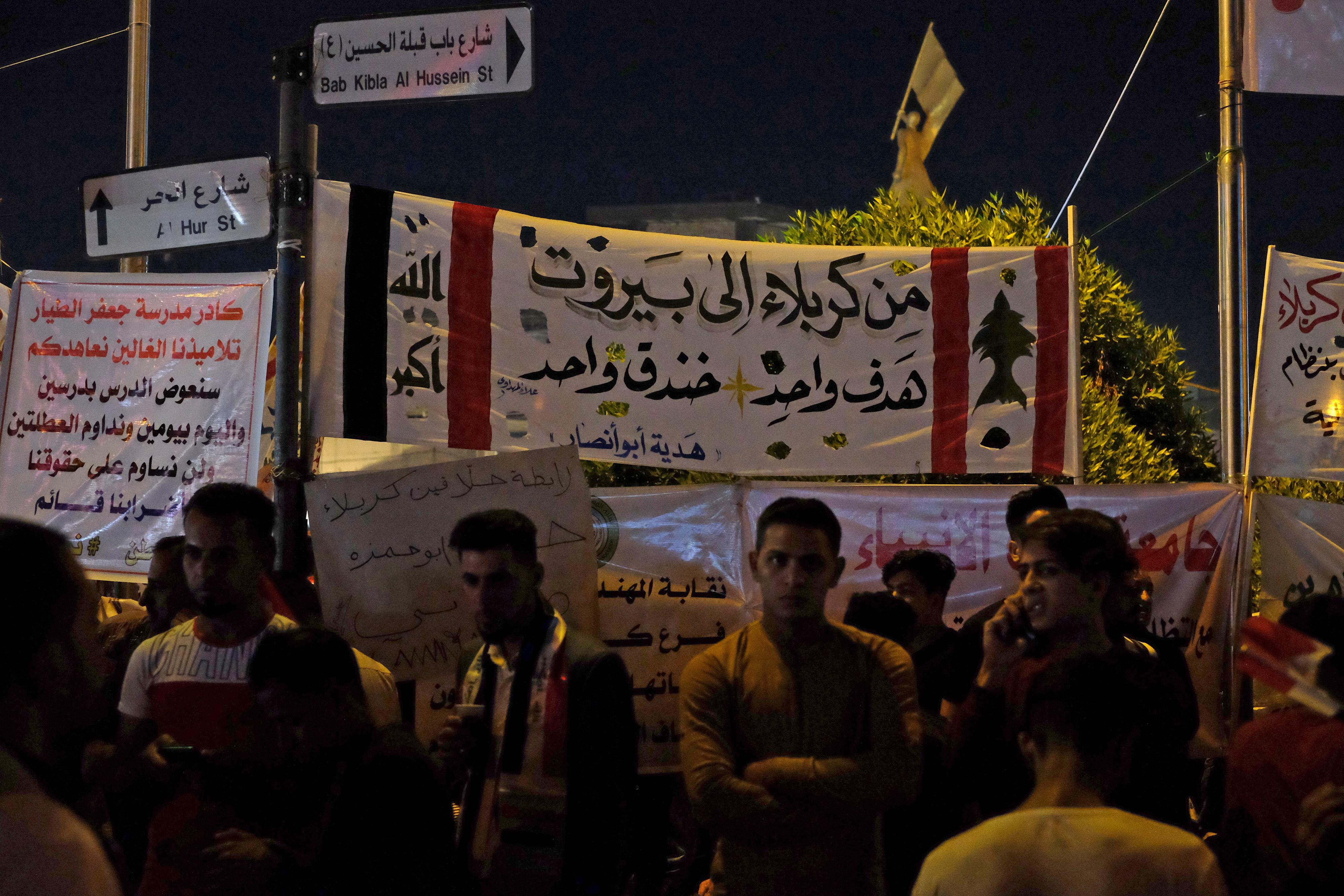 متظاهرون عراقيون في محافظة كربلاء الشيعية ينددون بالتدخلات الإيرانية ويحتجون على الفساد في بلادهم