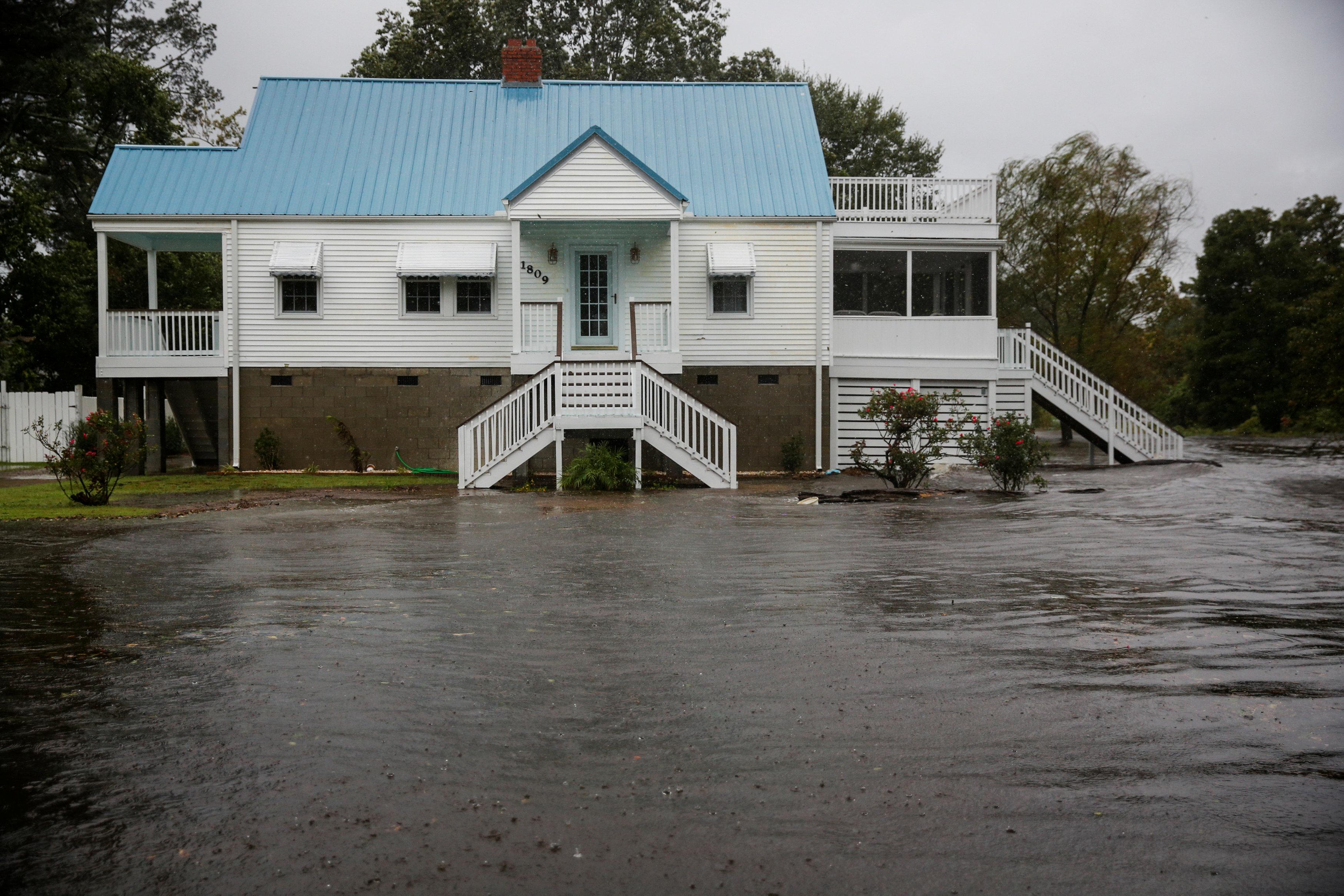 المياه تغمر الشوارع في إحدى مناطق نيو بيرن-نورث كارولاينا