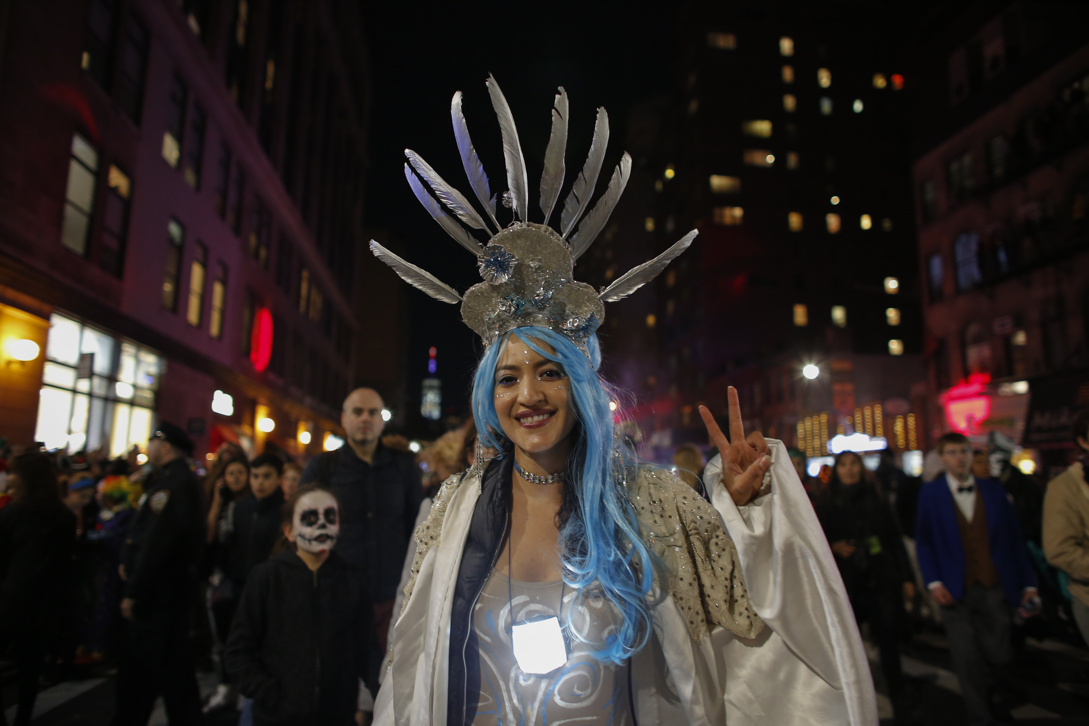 مشاركة في الاحتفالات بنيويورك ترفع علامة السلام