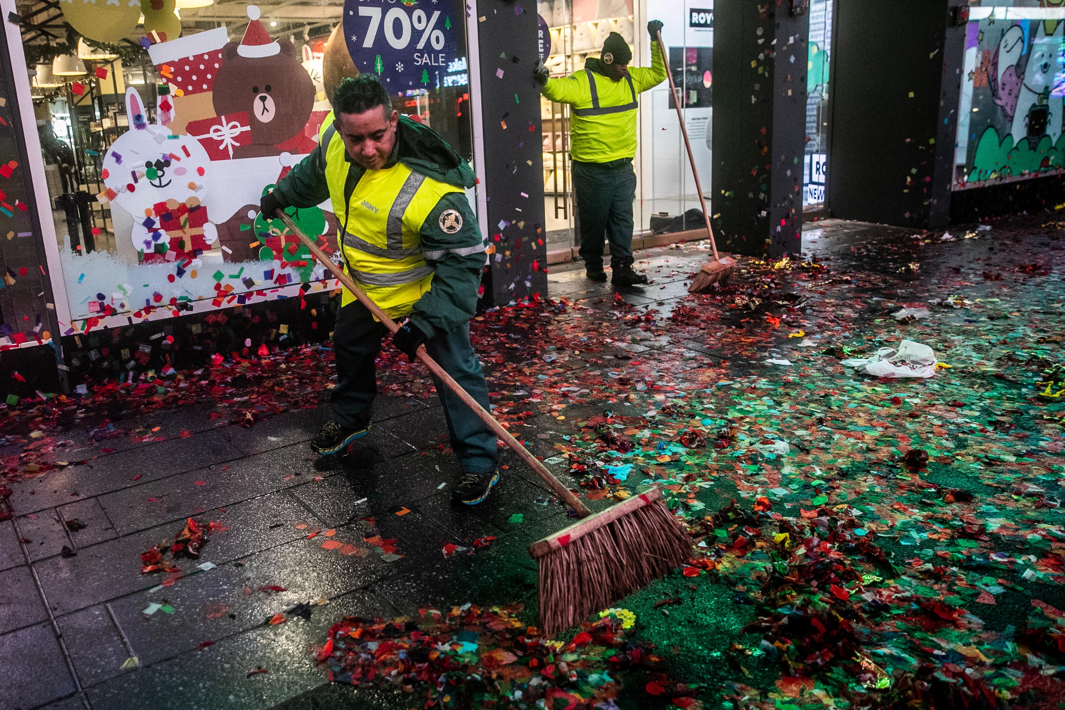 عمال النظافة بعد الانتهاء مع الاحتفال في تايمز سكوير