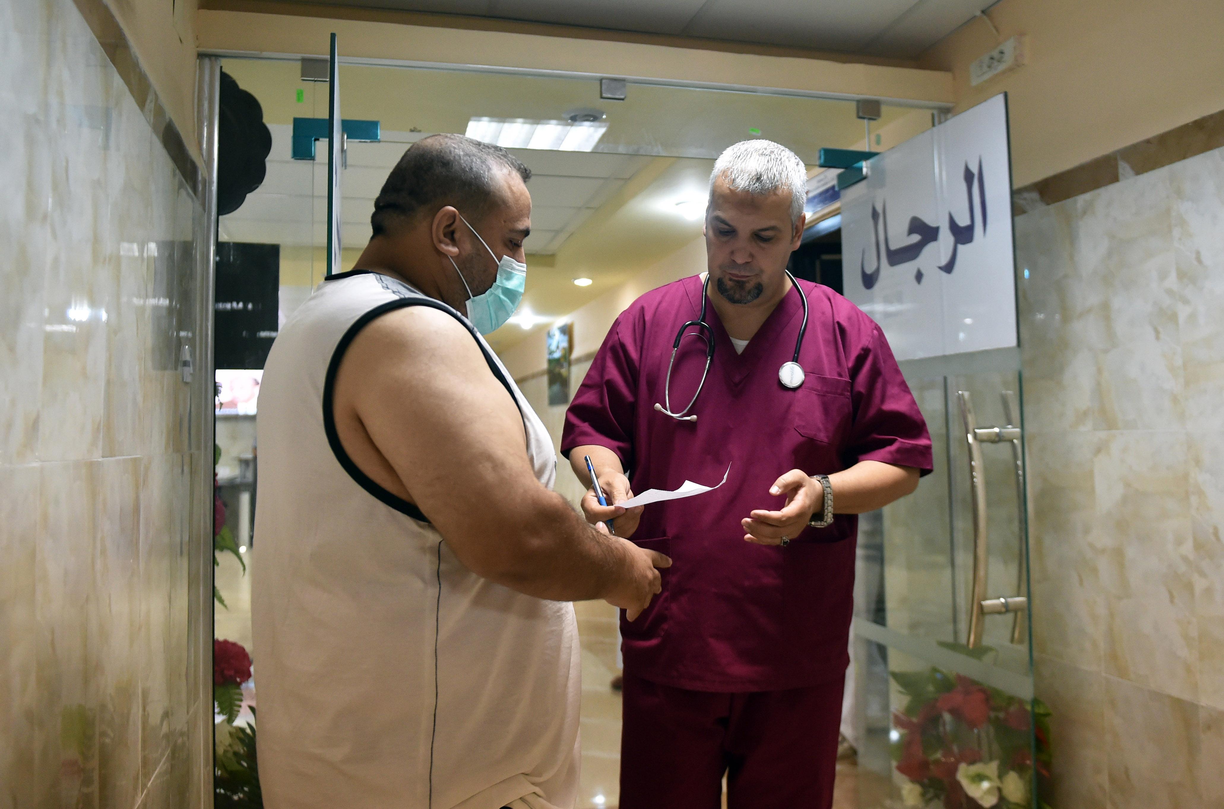 الطبيب بوقرورة مع أحد مرضاه