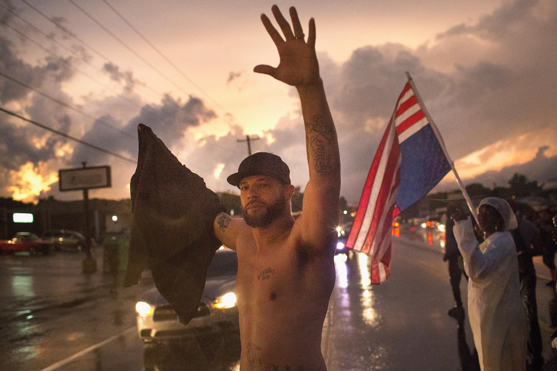 متظاهرون في شوارع المدينة