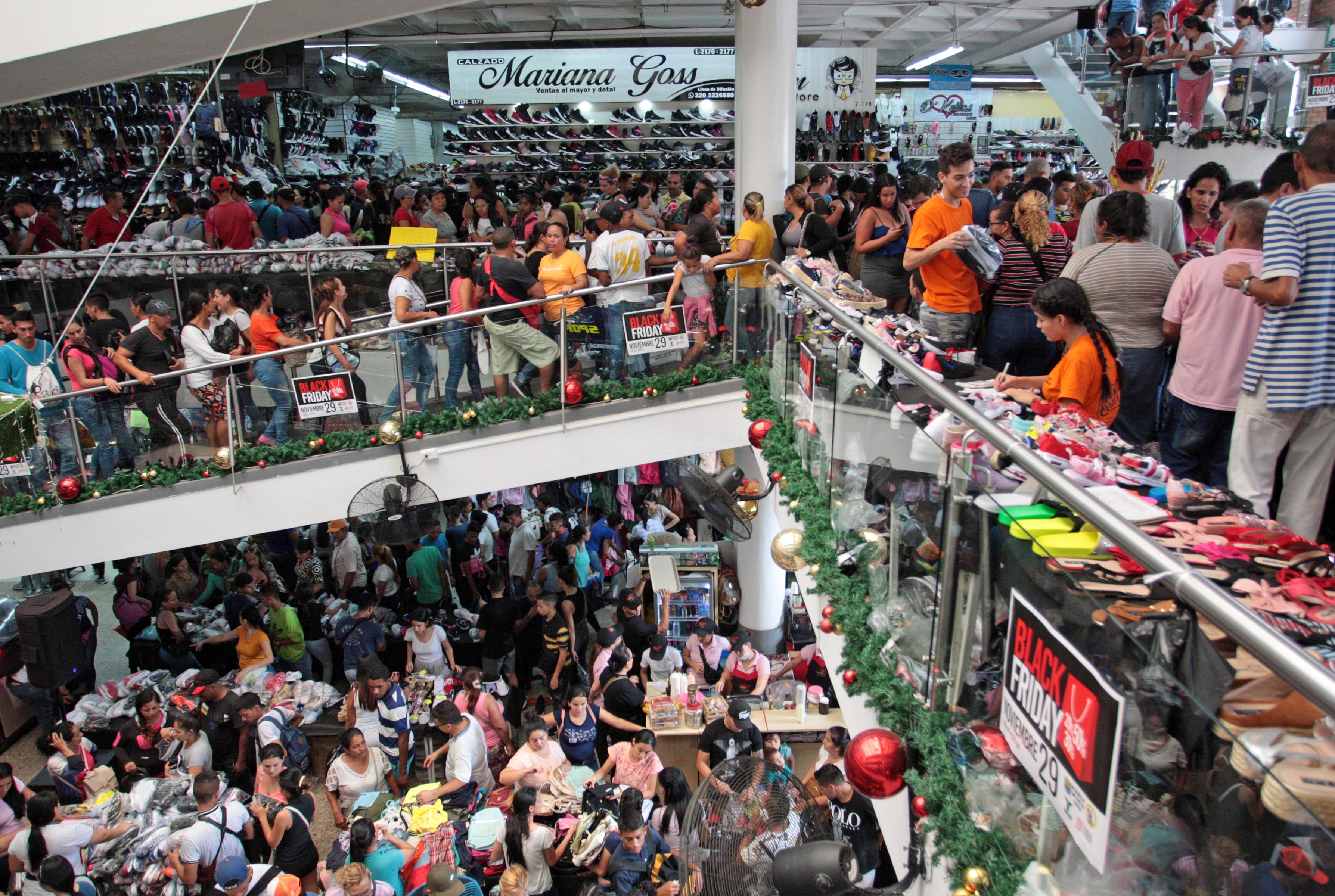 في كوكوتا بكولومبيا اكتظ هذا المتجر بمئات المتسوقين الذين يريدون الحصول على أفضل العروض في الجمعة السوداء