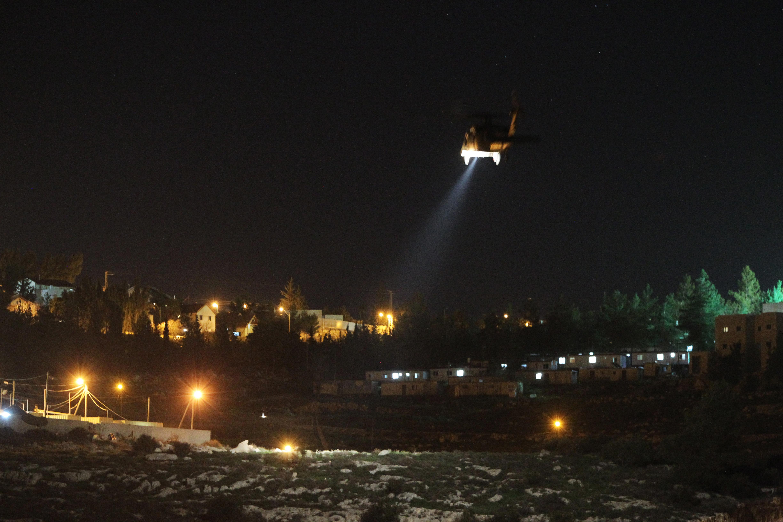 مروحية تابعة للجيش الإسرائيلي تحلق فوق مستوطنة عتنئيل في أعقاب الهجوم الذي أسفر عن مقتل مستوطنة في منزلها