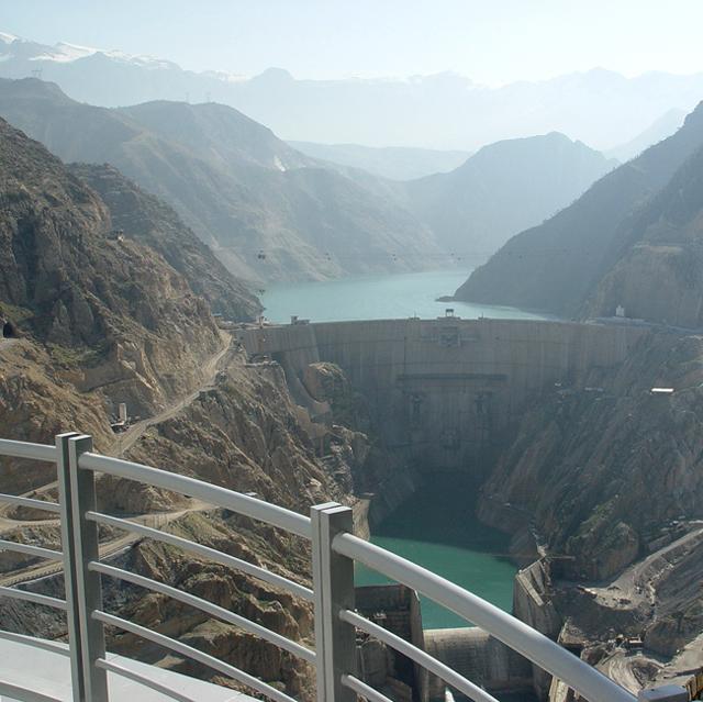 سد كارون 3- أحد خمسة سدود بنتها إيران على نهر كارون الذي يغذي العراق ويصب في شط العرب