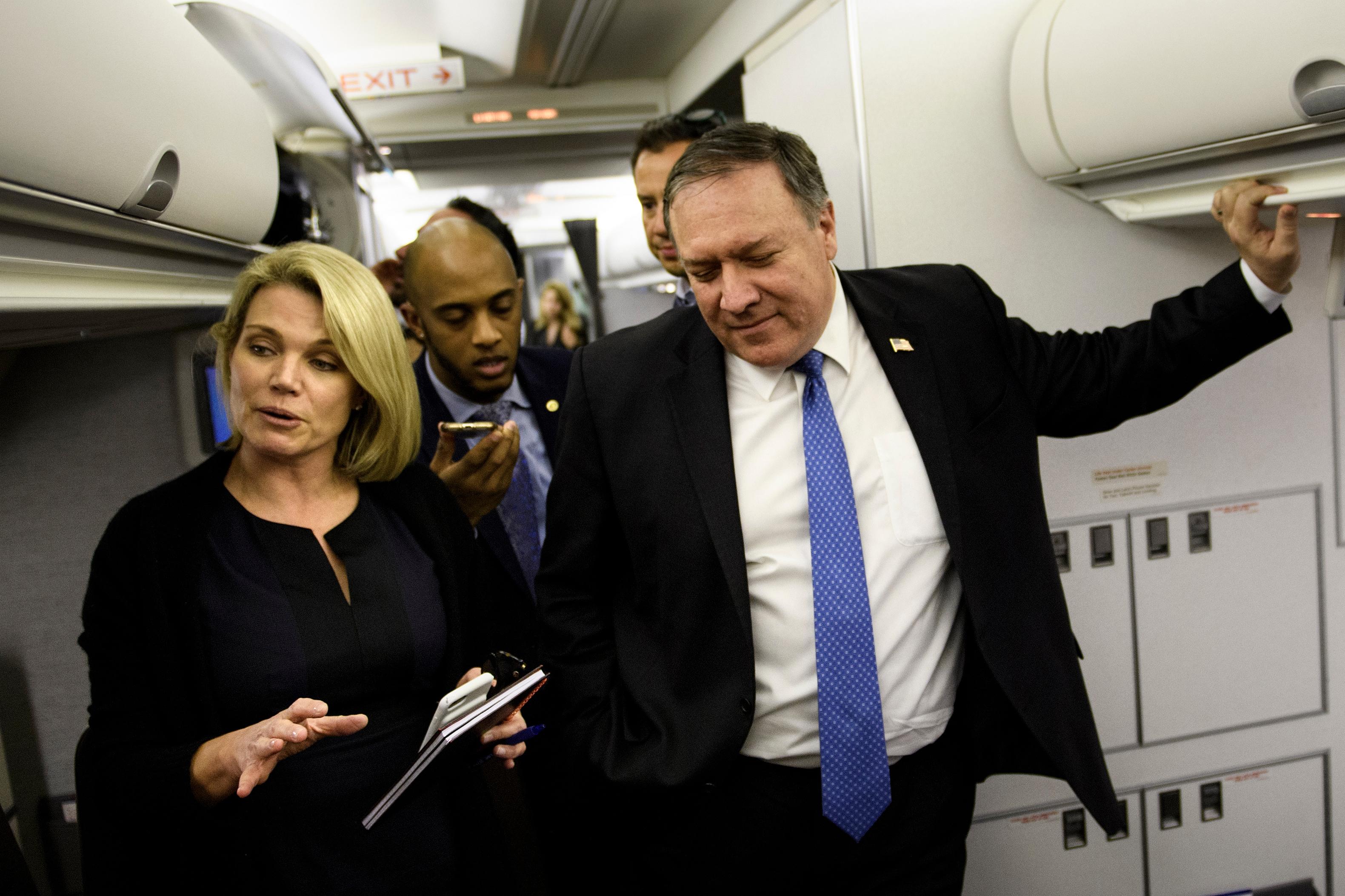 هيذر ناورت بجانب وزير الخارجية مايك بومبيو تستمع إلى الصحفيين