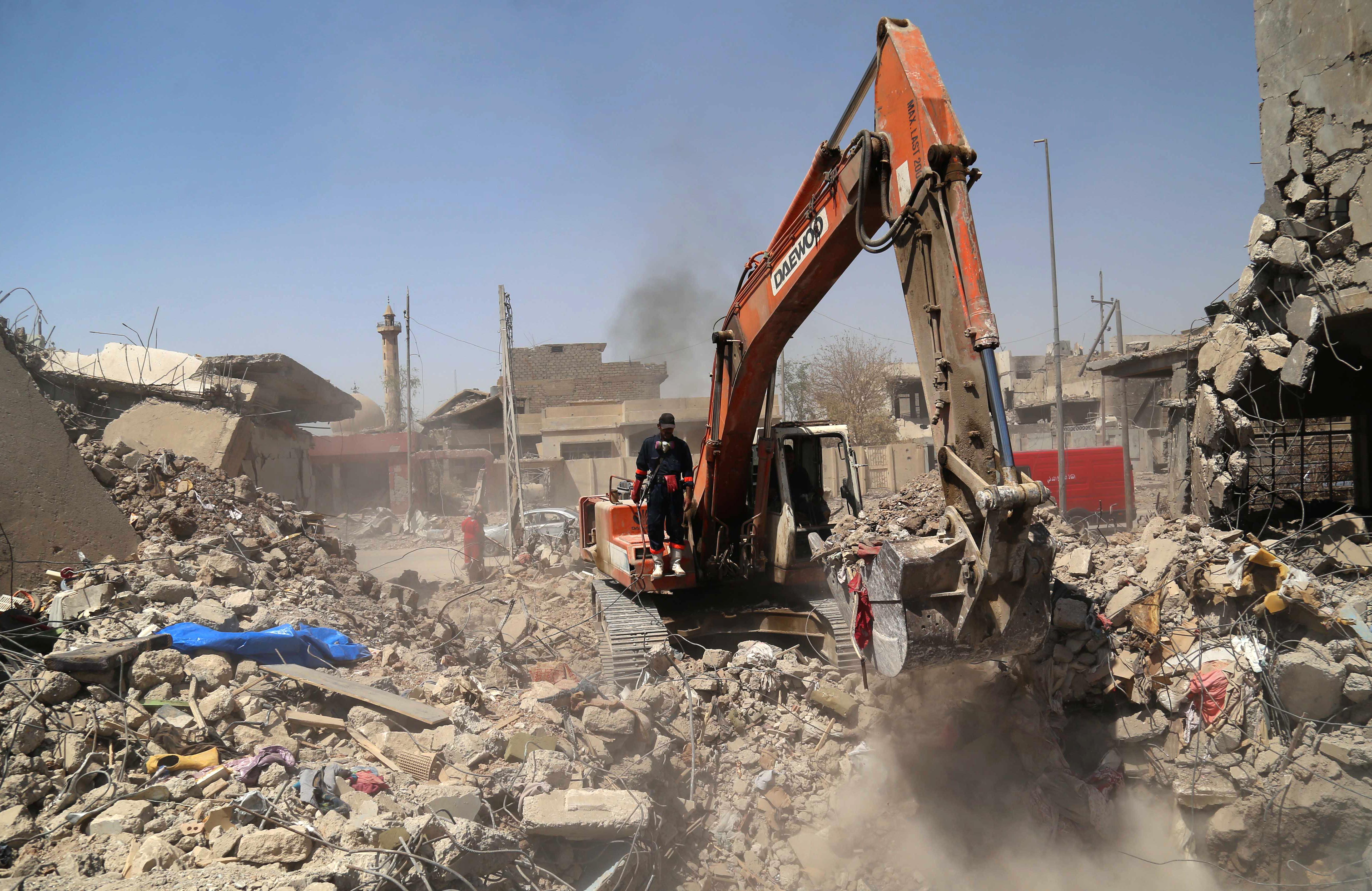 موقع يتم فيه البحث عن أشخاص دفنوا تحت أنقاض أبنية في الموصل