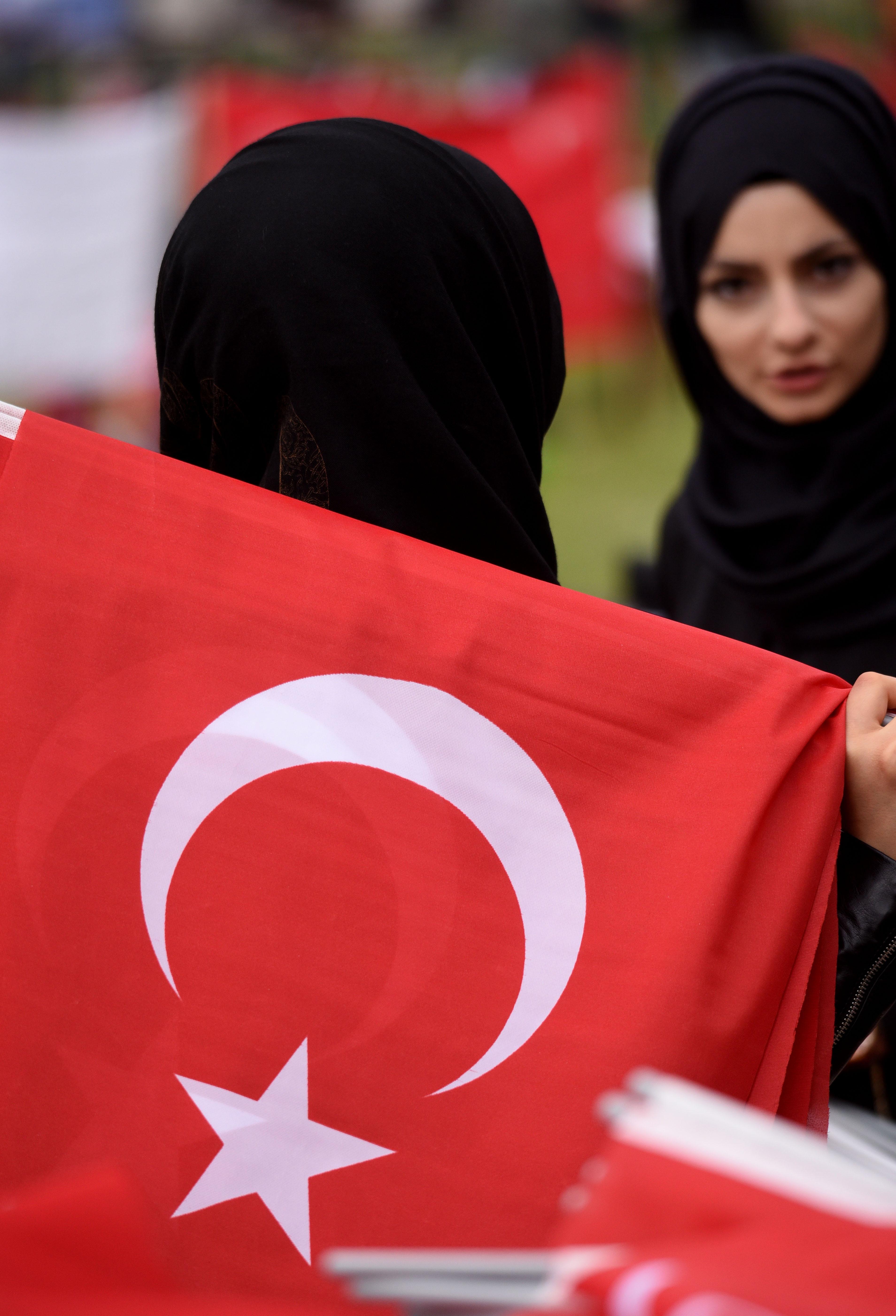 سيدتان تركيتان بالزي الإسلامي أثناء مظاهرات دعم أردوغان بمدينة كولون الألمانية
