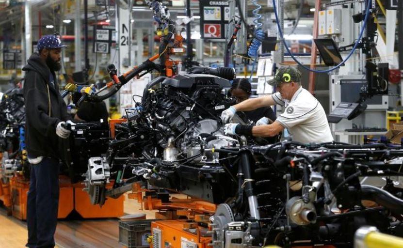 عمال يعملون داخل مصنع للسيارات في الولايات المتحدة